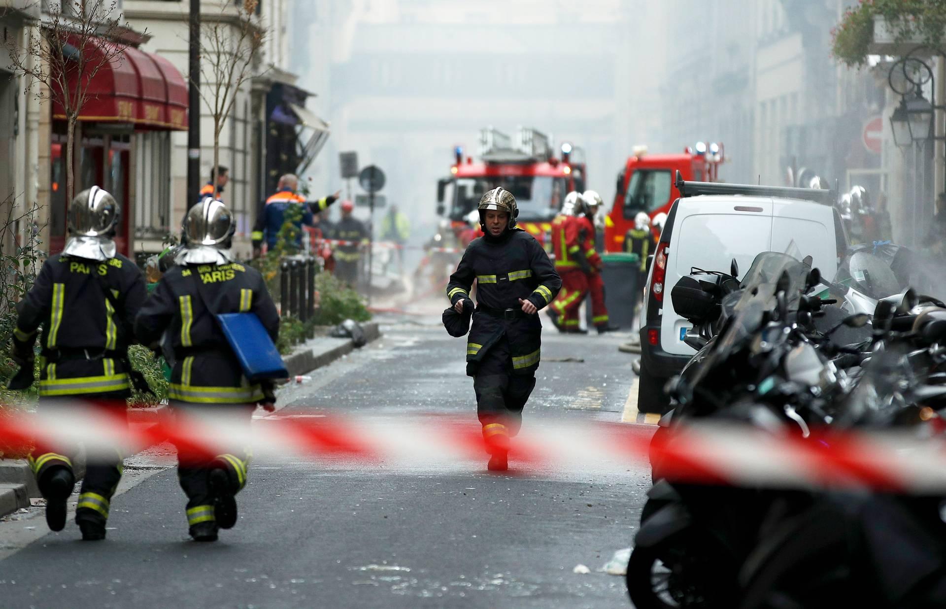 Пожежники працюють на місці вибуху біля пекарні в центрі Парижа, 12 січня 2019