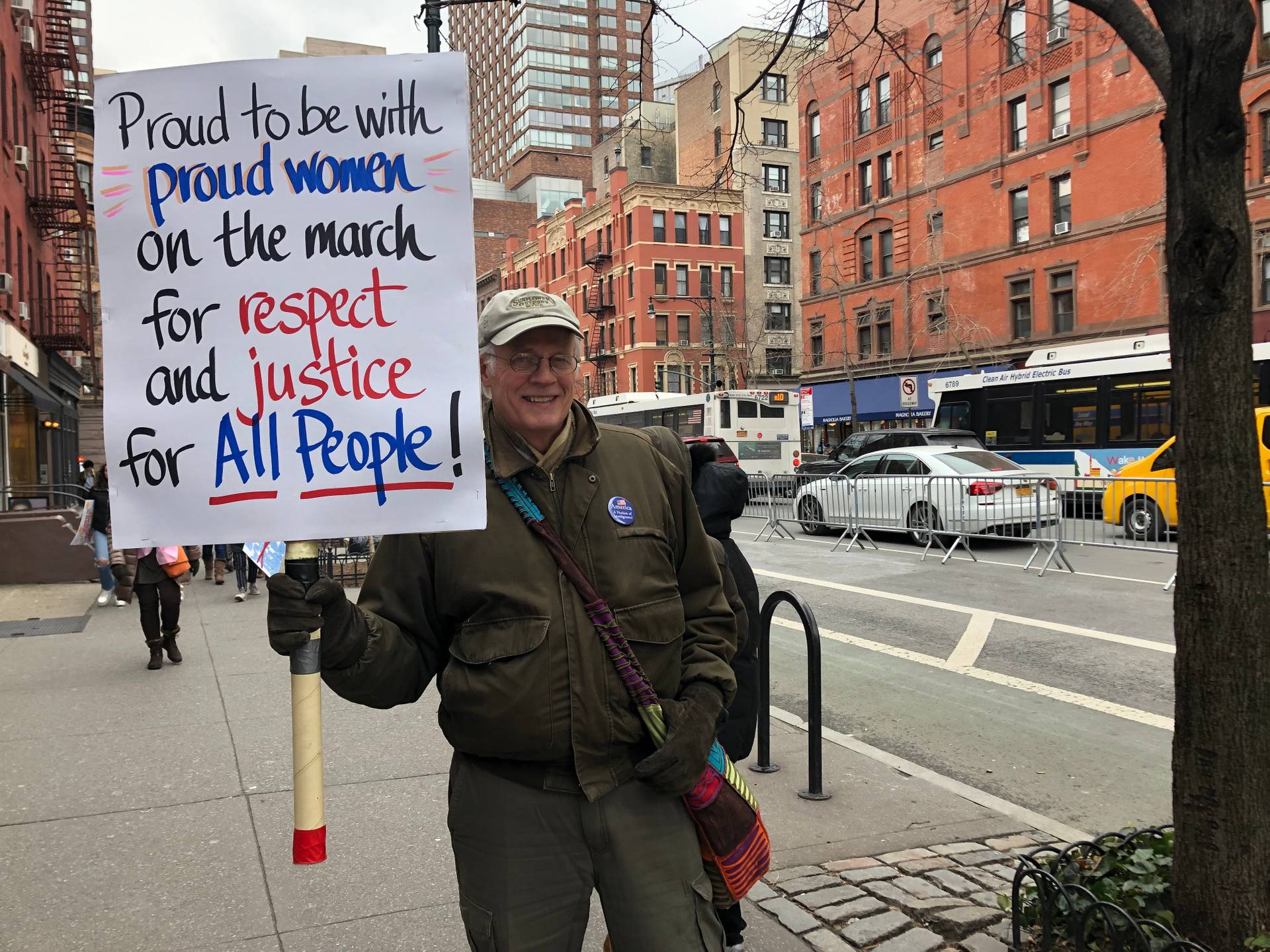 Proud to be with proud women on the march for respect and justice for ALL PEOPLE — «Гордий марширувати з гордими жінками заради поваги і справедливості для всіх» — напис напис на плакаті учасника третього Жіночого маршу у Нью-Йорку 19 січня 2019