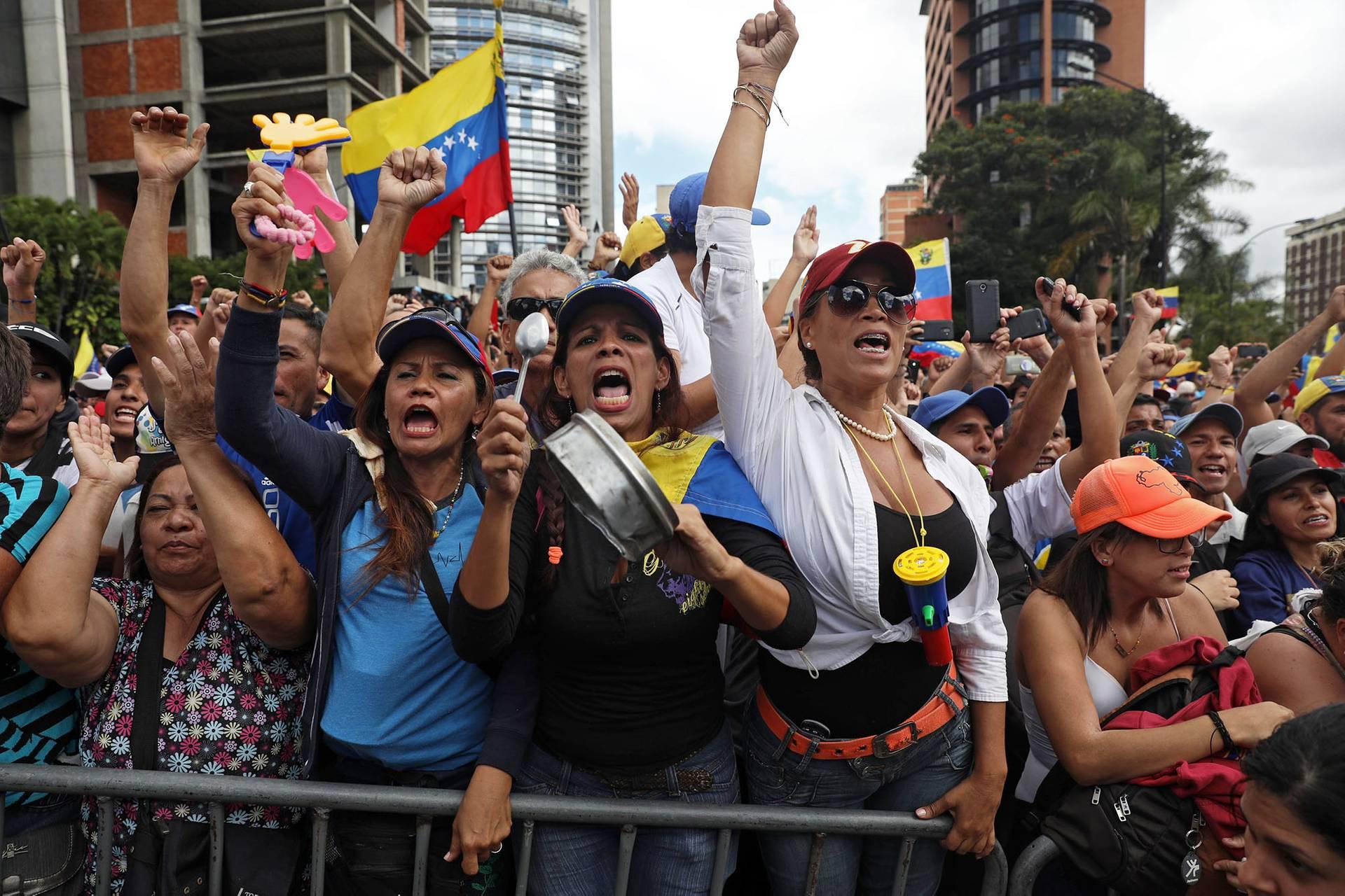 Учасники акції протесту проти президента Мадуро у Каракасі, Венесуела, 23 січня 2019 року. У столиці Венесуели відбувся багатотисячний мітинг проти президента Ніколаса Мадуро, під час якого голова парламенту Венесуели, лідер місцевої опозиції Хуан Гуайдо оголосив себе тимчасовим президентом країни