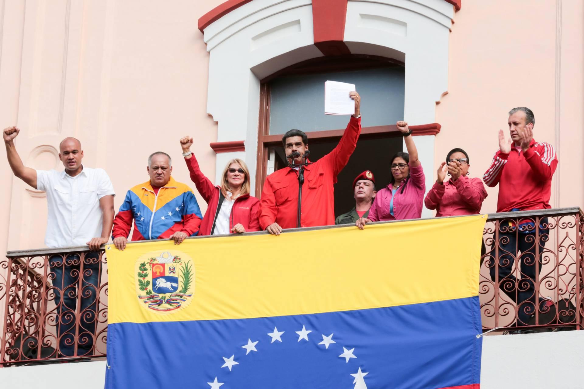 Президент Венесуели Ніколас Мадуро (в центрі) звертається до прихильників з балкону палацу Мірафлорес, в Каракасі, Венесуела, 23 січня 2019 року