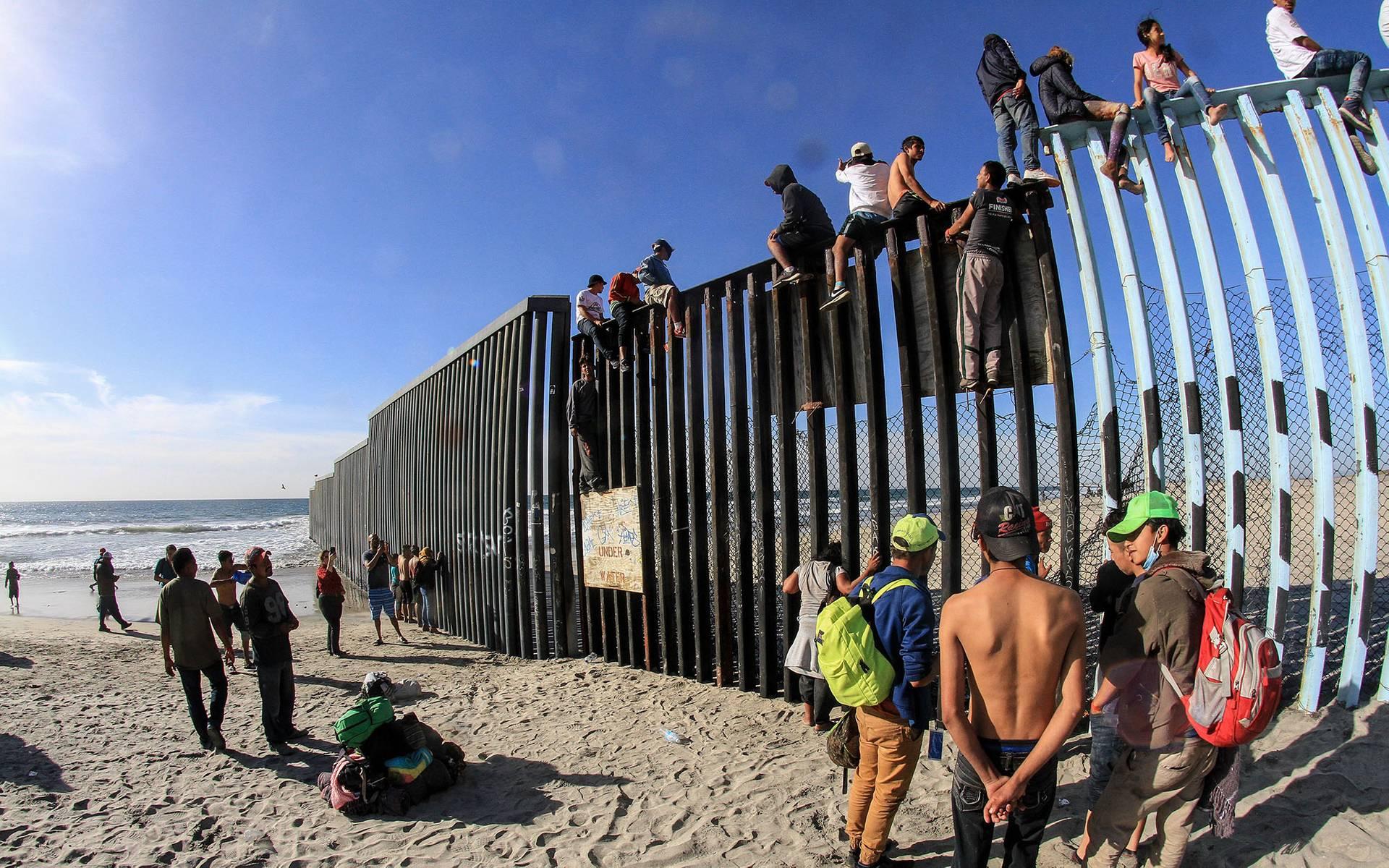 Майже 15 років потому — мігранти із країн Центральної Америки біля прикордонної стіни в Тіхуані, Мексика, 13 листопада 2018 року. Для сотень біженців стіна, яка розмежовую Тіхуану з американським Сан-Дієго є останнім бар'єром до нелегального в'їзду у США