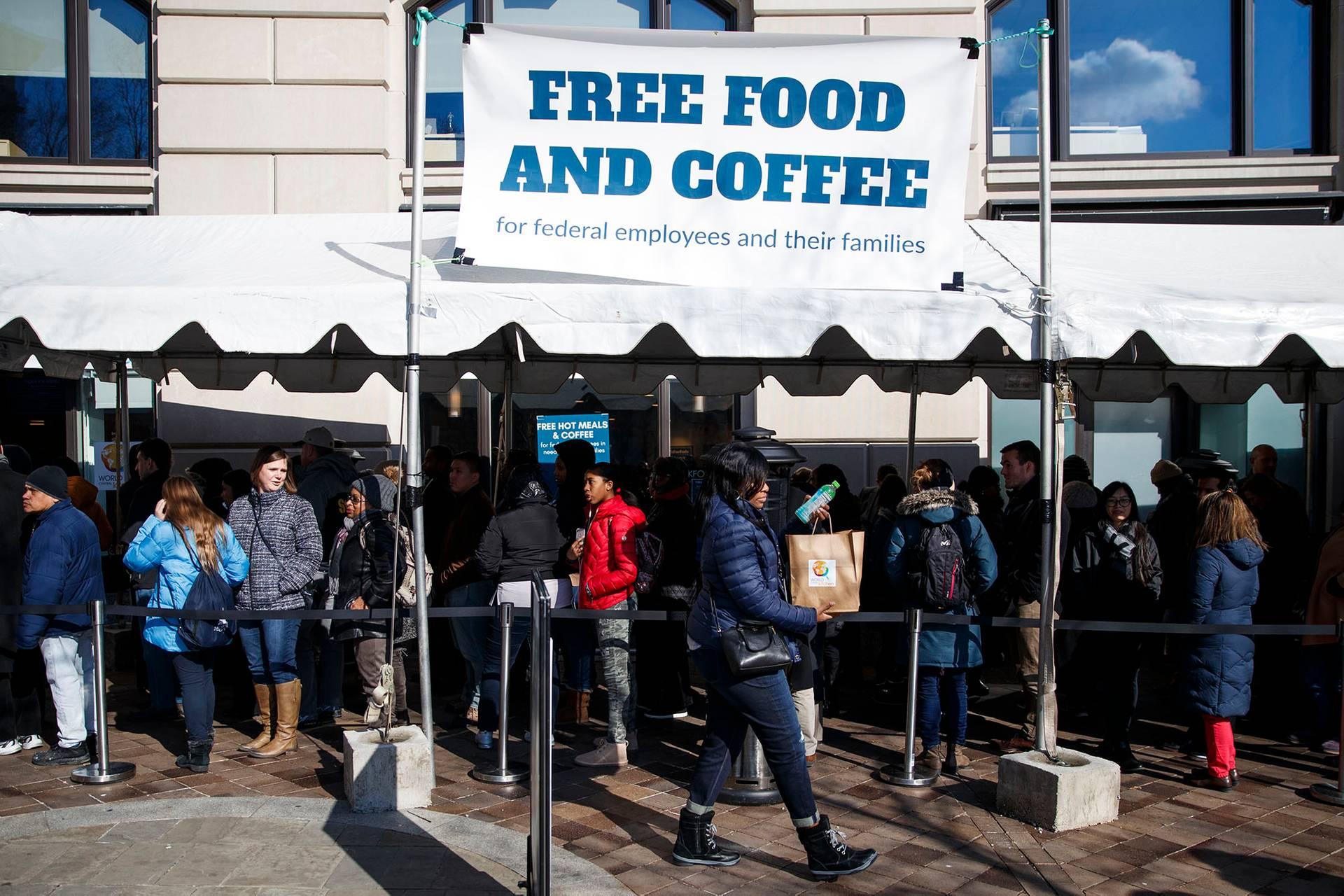 Сотні тисяч федеральних працівників стали заручниками політичної боротьби у Конгресі (на фото — харчова мережа World Central Kitchen у Вашингтоні виступила з ініціативою безкоштовної кави та їжі для американських бюджетників, які майже місяць не отримували заробітну плату, Вашингтон, США, 25 січня 2019 року)