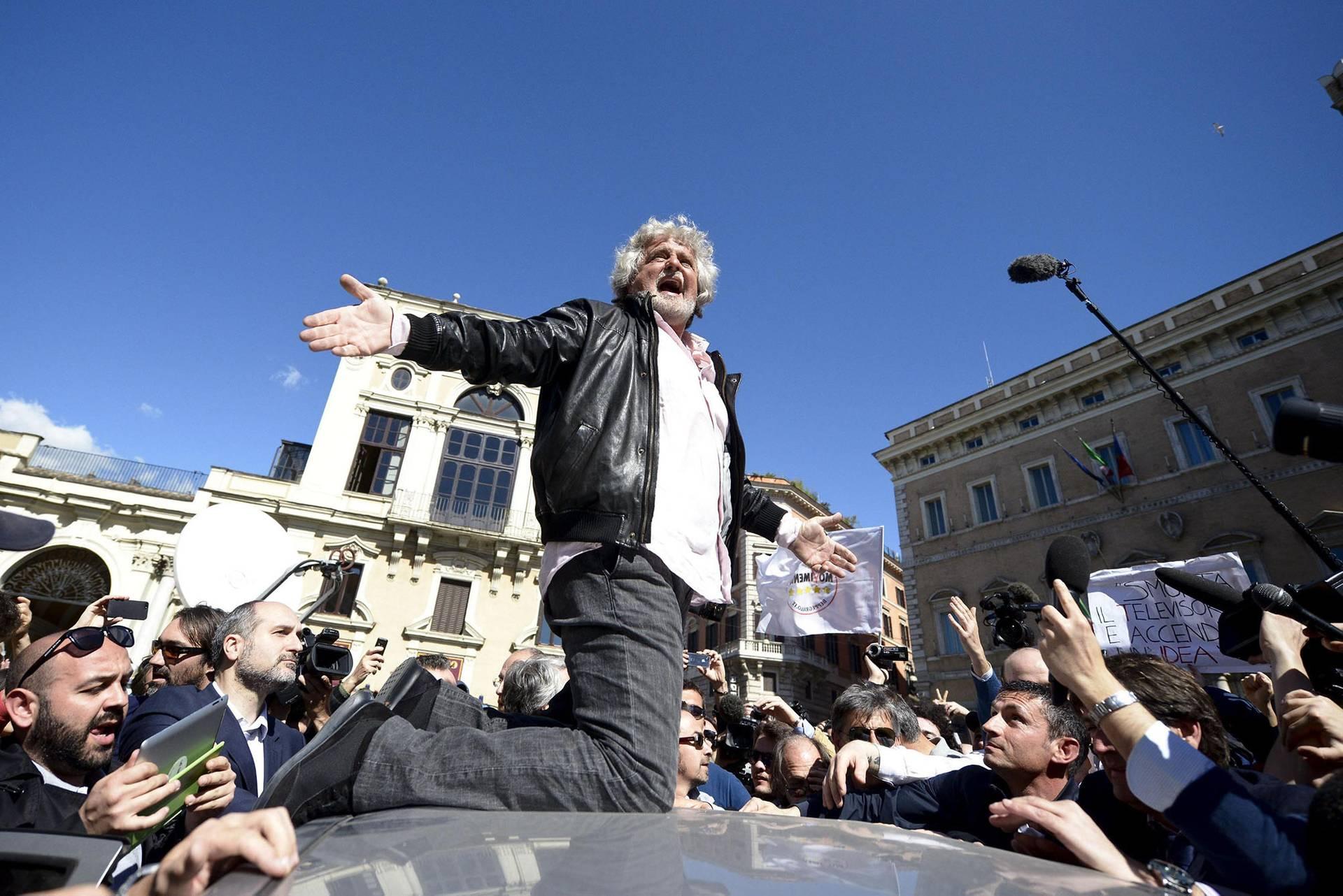 Засновник партії «Рух 5 зірок», італійський комік Беппе Грілло (в центрі) влаштував перформанс на даху автомобіля у Римі, Італія, 21 квітня 2013 року