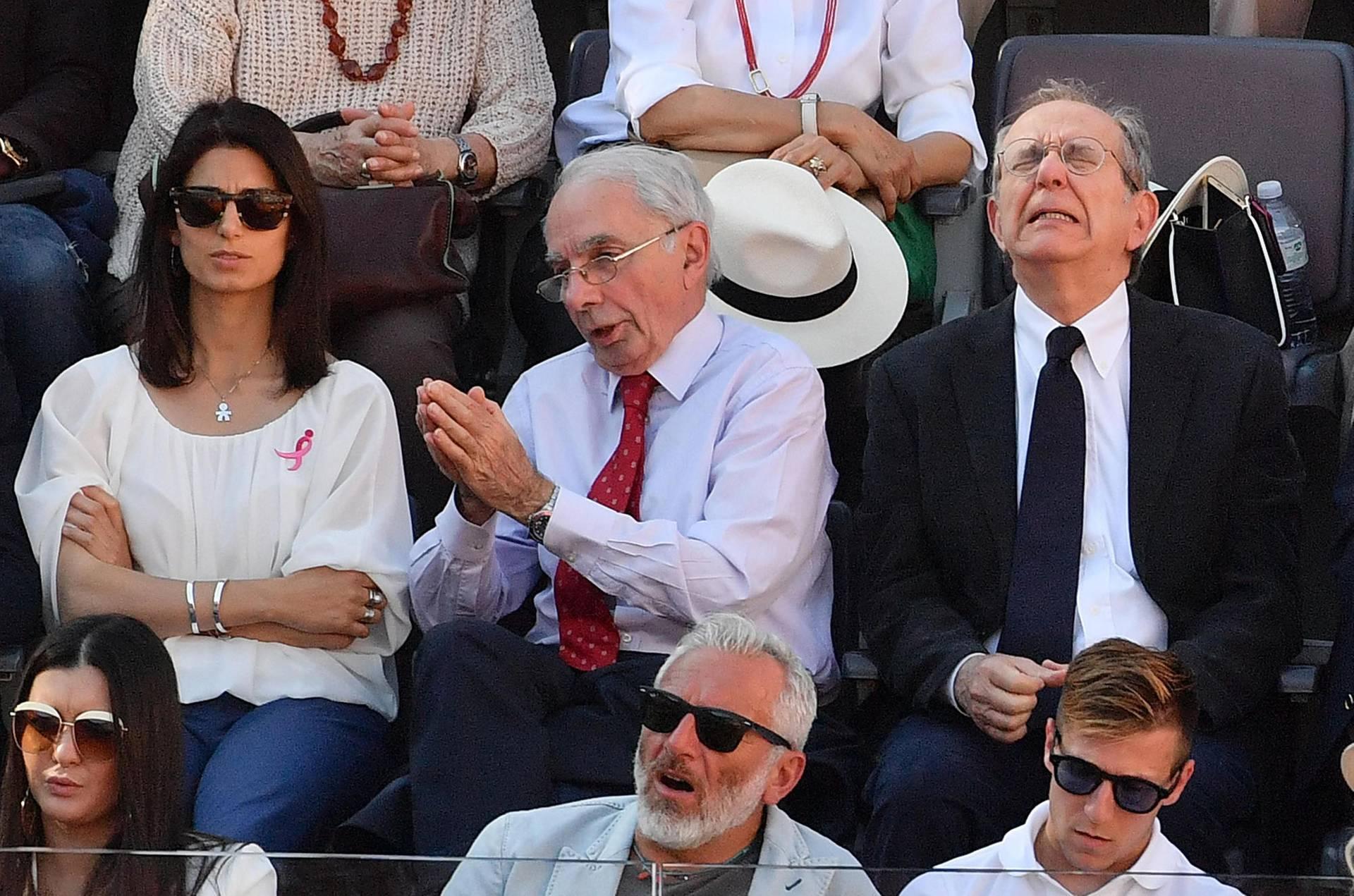 Зліва направо: мер Рима Вірджинія Раджі, колишній прем'єр-міністр Італії Джуліано Амато та італійський міністр економіки П'єр Карло Падоан дивляться фінальний матч турніру з тенісу у Римі, Італія, 21 травня 2017 року