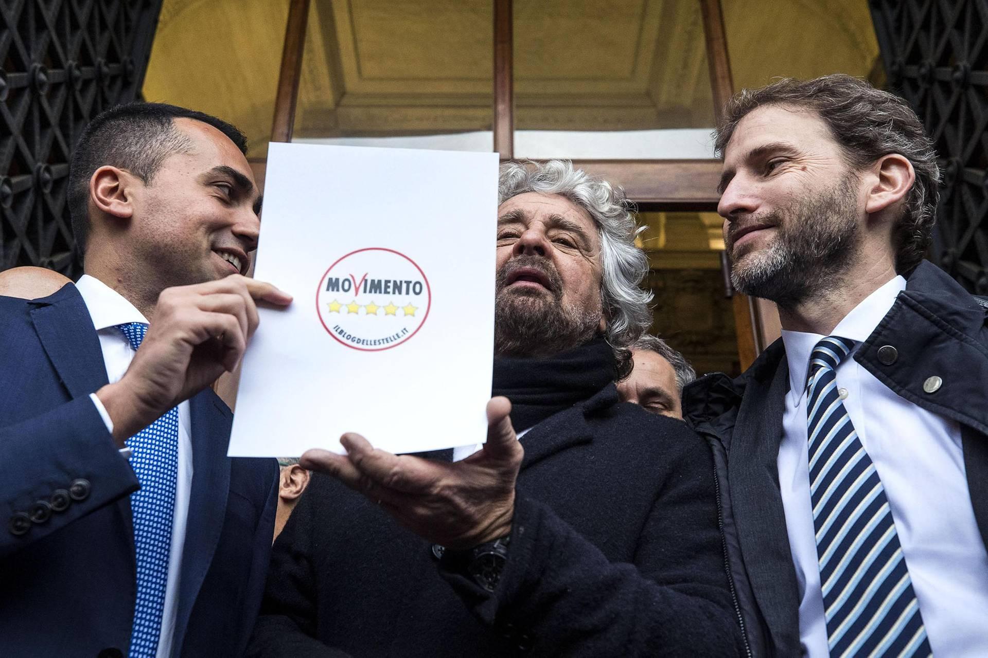 Зліва направо: лідер партії «Рух 5 зірок» і чинний віце-прем'єр-міністр Італії Луїджі ді Майо, засновник партії, комік Беппе Грілло та бізнесмен Давіде Казаледжо, якого вважають координатором і сірим кардиналом партії, позують для ЗМІ із новим логотипом партії перед загальними італійськими виборами, Рим, Італія, 19 січня 2018 року
