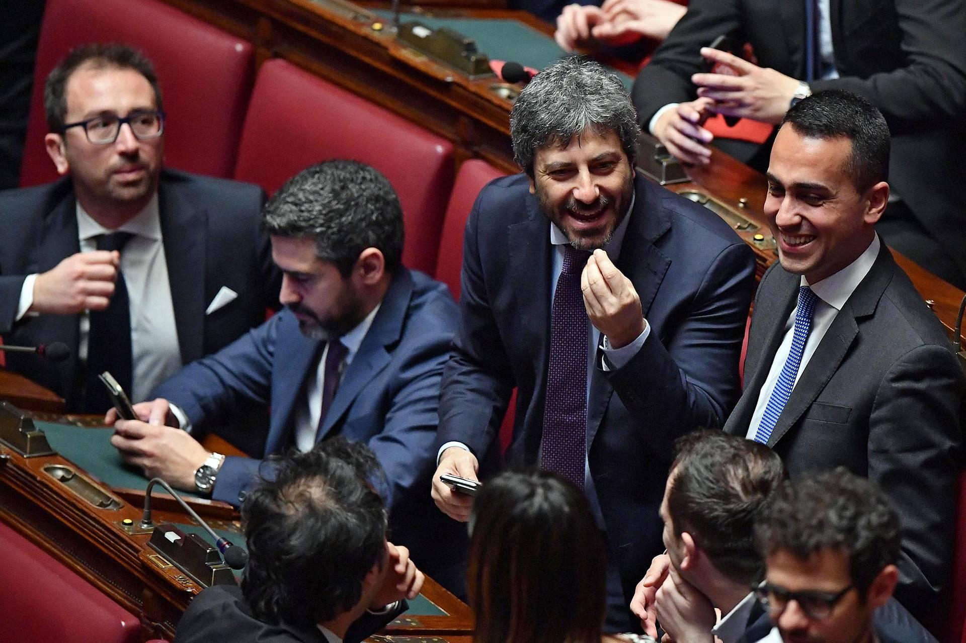 Віце-прем'єр-міністр Італії Луїджі ді Майо (праворуч) та спікер нижньої палати італійського парламенту Роберто Фіко (другий праворуч) у залі засідань парламенту, Рим, Італія, 24 березня 2018 року