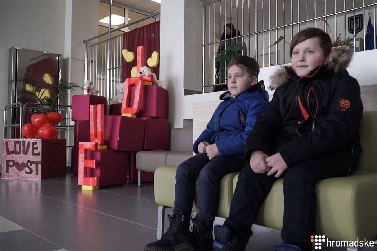 Ілля (праворуч) та Тимофій Меглеї у коридорі школи, Бориспіль, 13 лютого 2019 року