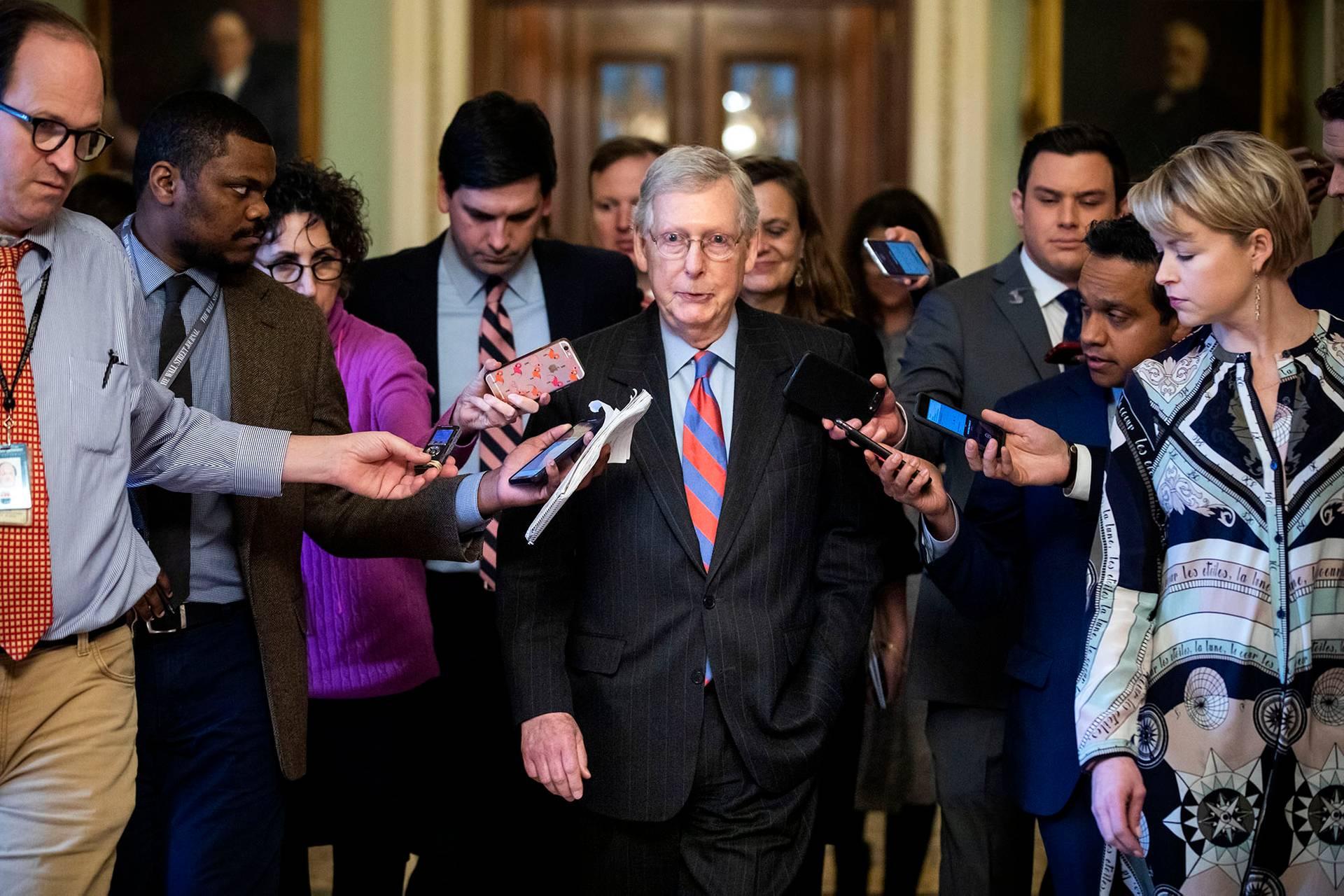Лідер республіканців у Сенаті Мітч Макконнелл (в центрі) повідомив напередодні, що Трамп введе в країні надзвичайний стан для фінансування будівництва стіни на кордоні США із Мексикою, Вашингтон, США, 14 лютого 2018 року