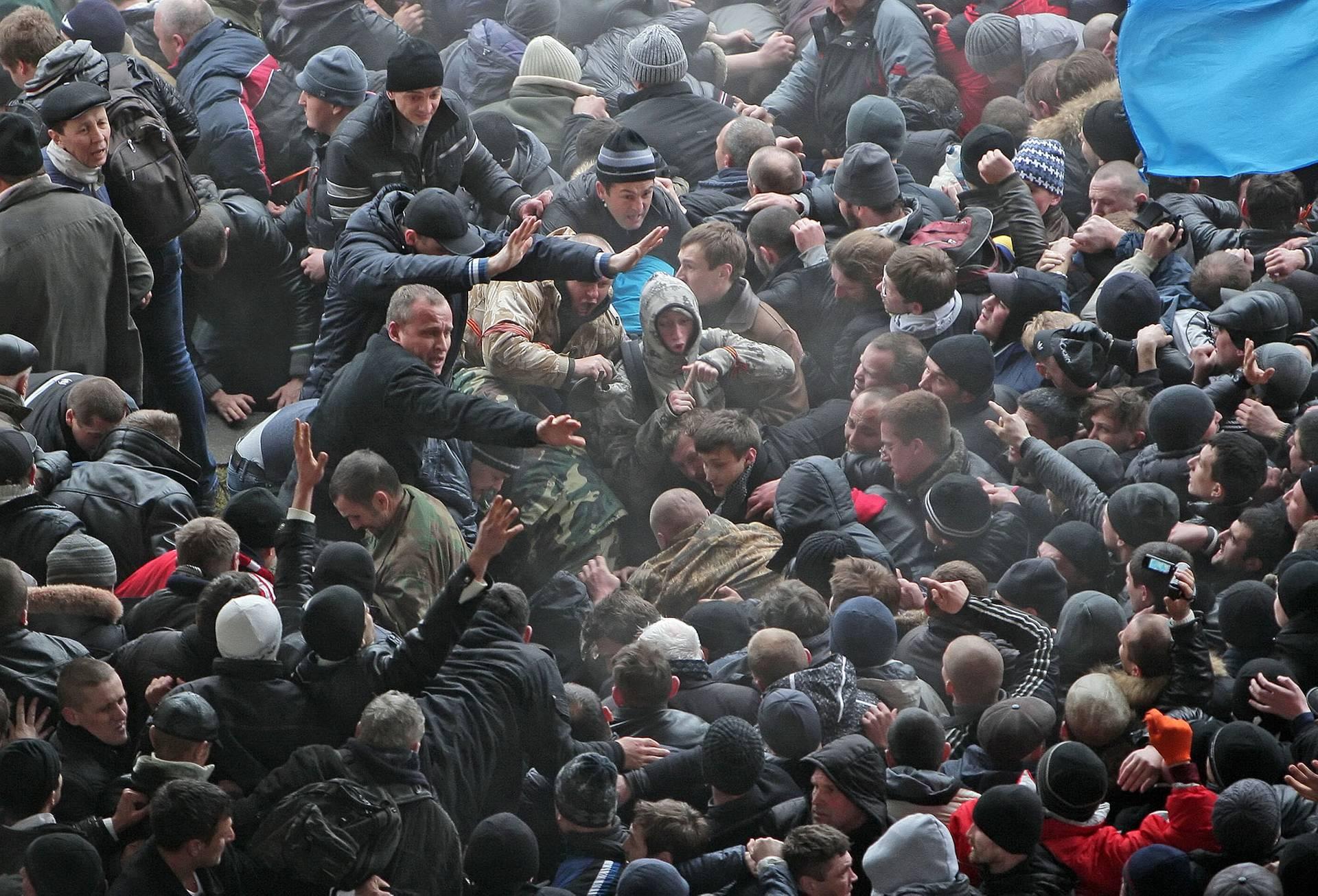 Протистояння між прихильниками єдності України та проросійськими активістами біля Верховної Ради Криму у Сімферополі, Україна, 26 лютого 2014 року