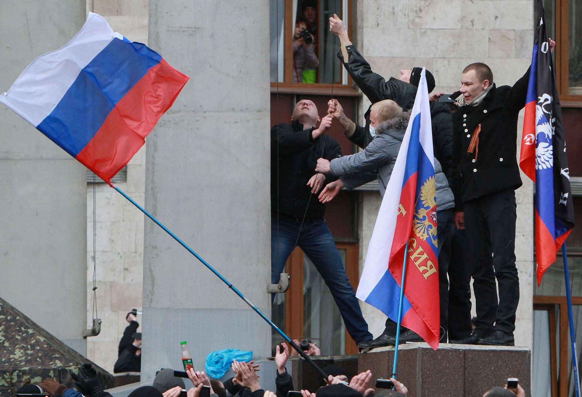 Сепаратисти встановили російський прапор на будівлі обласної адміністрації в Донецьку, Україна, 1 березня 2014 року