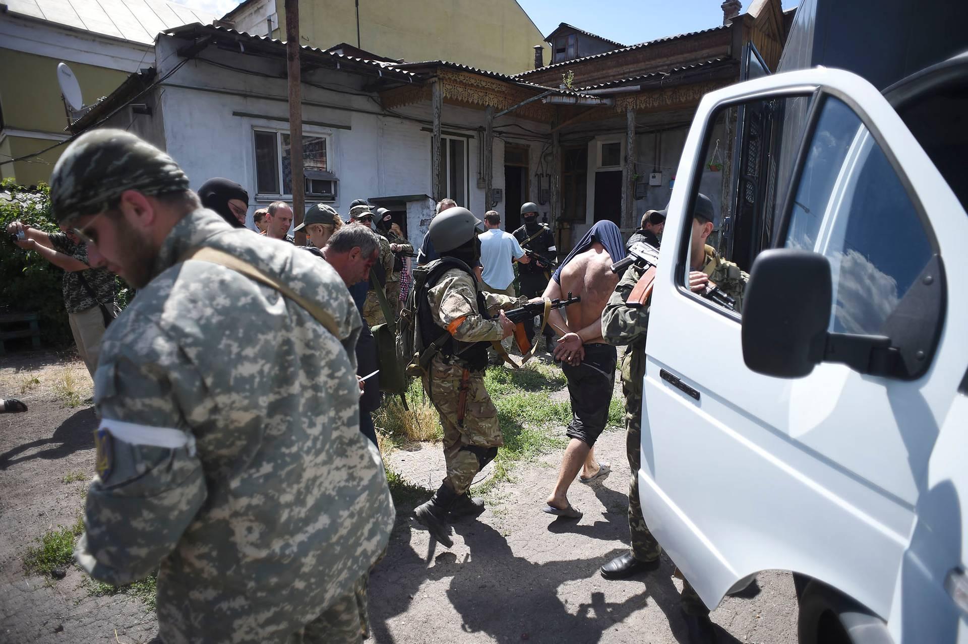Українські військові арештовують проросійських активістів у Маріуполі після того, як взяли під контроль місто, Донецька область, 13 червня 2014 року