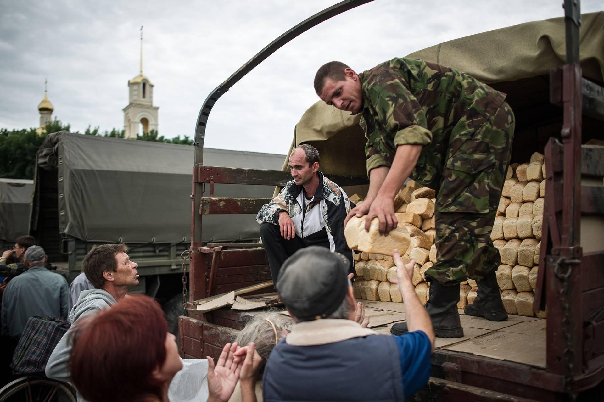 Українські військові роздають хліб місцевим жителям у звільненому від бойовиків Слов'янську, Донецька область, 6 липня 2014 року
