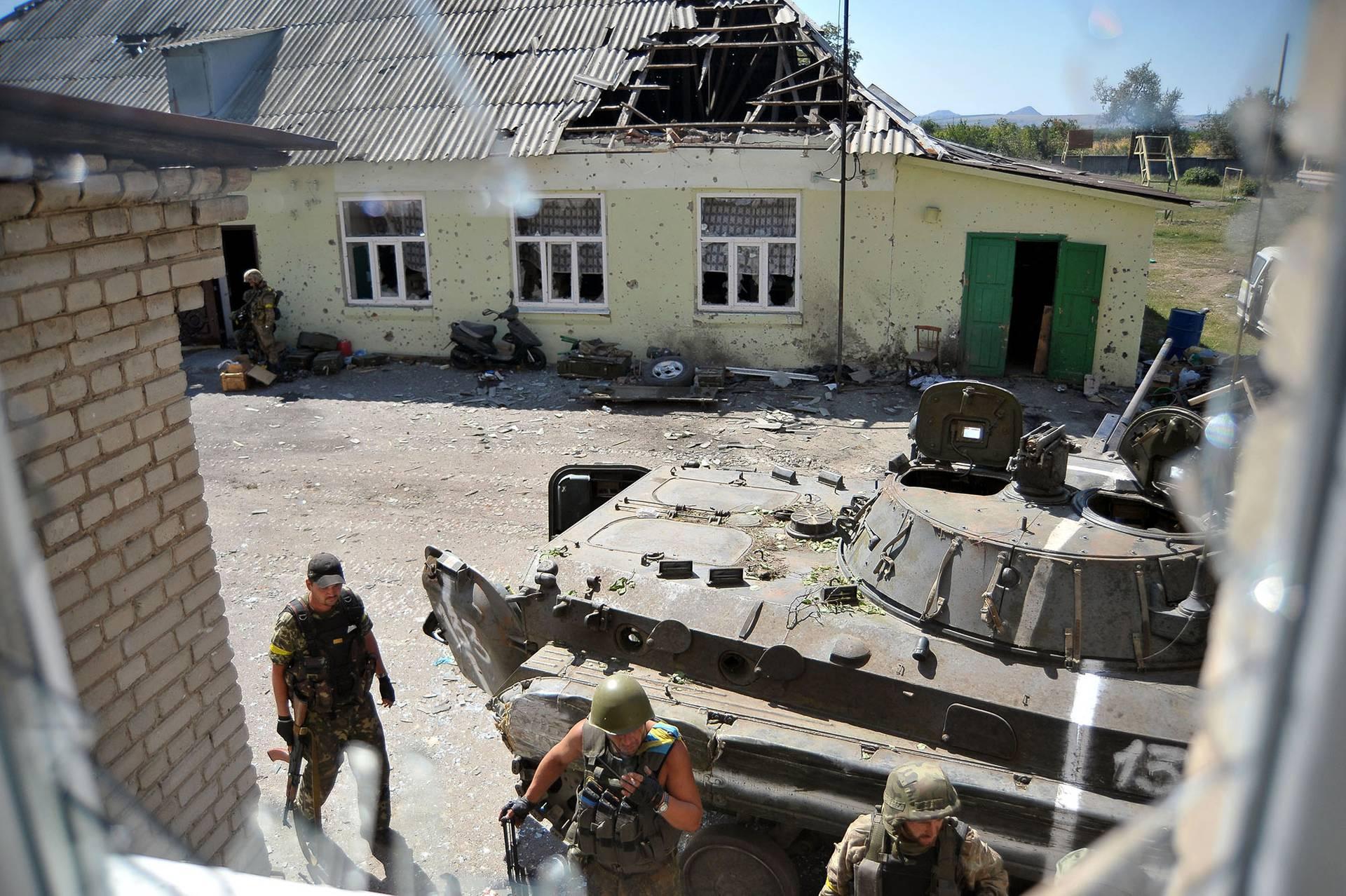 Бійці добровольчого батальйону «Донбас» на шкільному подвір'ї в оточеному російськими військовими Іловайську в 50 км від Донецька, 26 серпня 2014 року