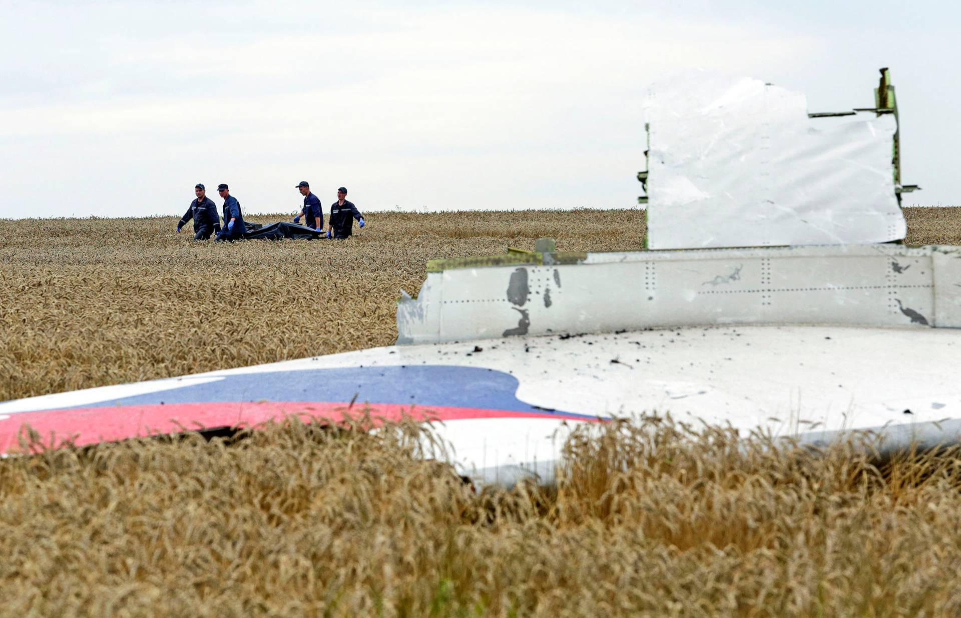 Рятувальники ДСНС проводять пошукові роботи у полі серед уламків літака рейсу MH17 Малайзійських авіаліній, збитого над Донбасом російською ракетою «Бук»