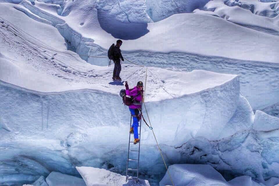 Альпіністи підіймаються на вершину Евересту через льодопад Кхумбу у китайській частині Гімалаїв