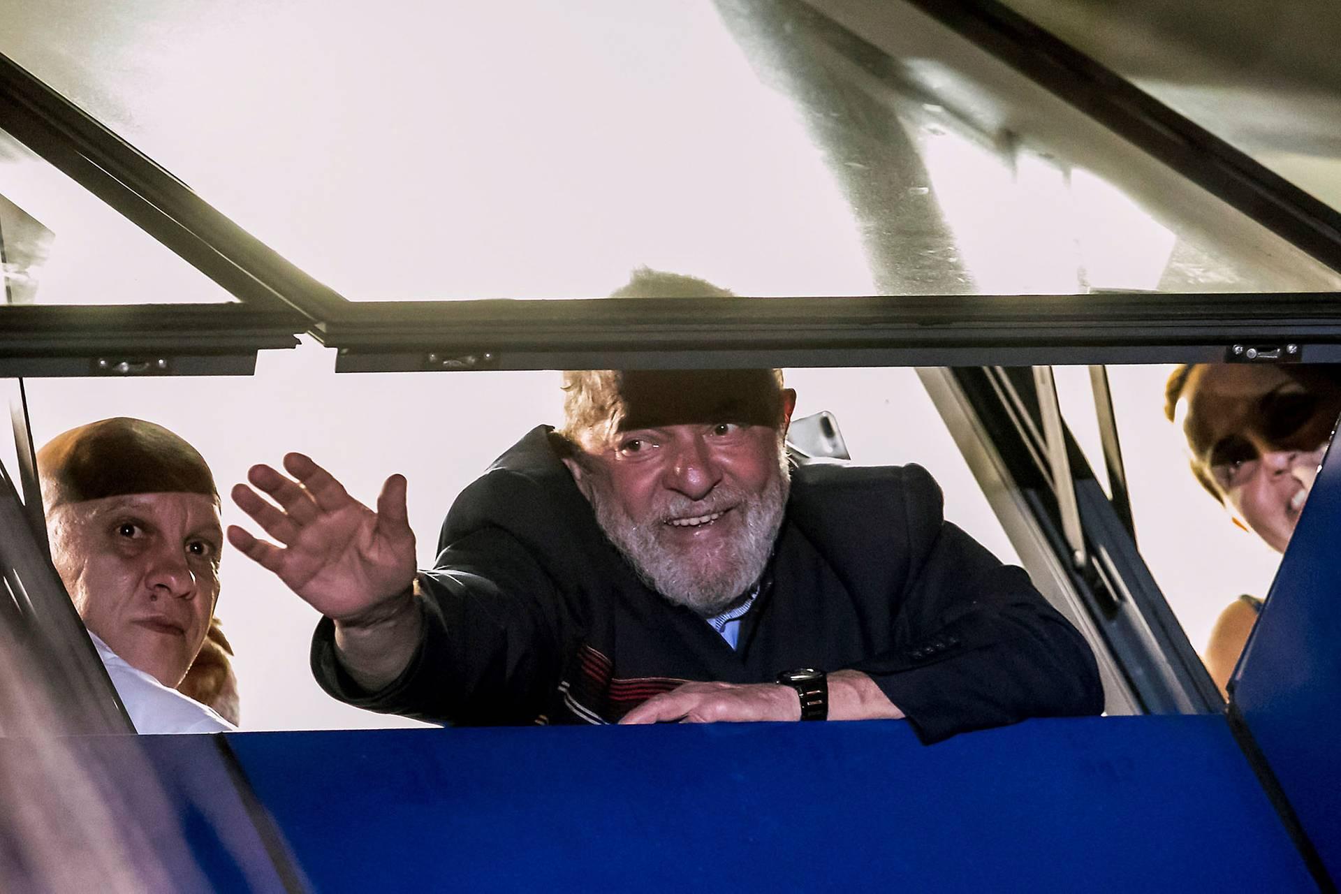 Колишній бразильський президент Лула да Сілва (в центрі) вітається із прихильниками з вікна в штаб-квартирі Робітничої партії (Workers' Party) у Сан-Бернарду-ду-Кампу, Бразилія, 6 квітня 2018 року. 12 липня 2017 року суд засудив да Сілву до 9,5 років в'язниці за участь у корупційній змові