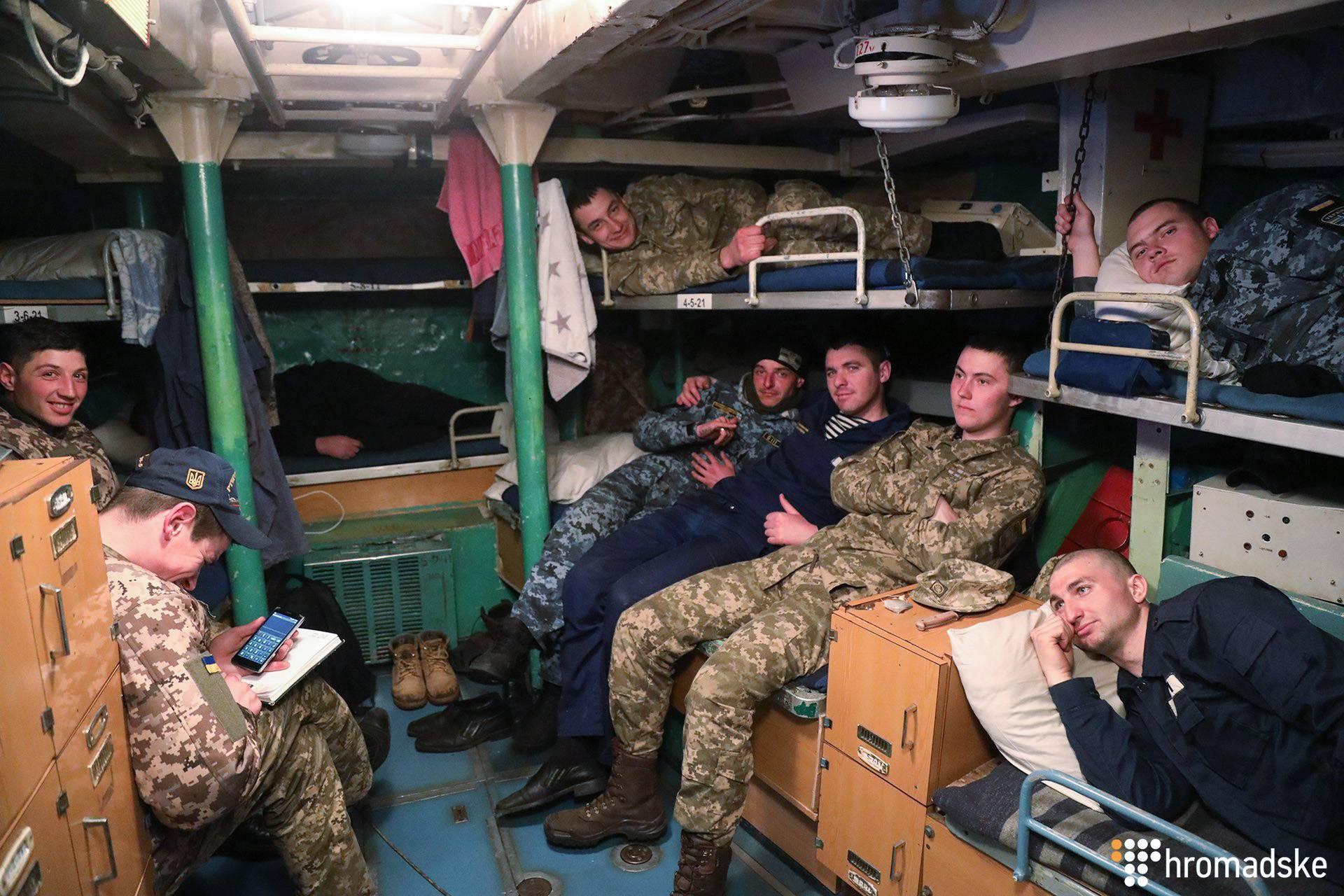 «Генічеськ» – одне з небагатьох суден, яке росіяни пізніше повернули Україні, розраховуючи, що воно згодиться лише на брухт. Адже його термін експлуатації сплив ще наприкінці минулого століття. Та навіть без сучасного оснащення на самому лиш ентузіазмі українських моряків цей корабель досі здатен чистити територіальні води України від небезпечних «подарунків», яких, як передає «матроське радіо», могли сьогодні насипати росіяни. «Генічеськ» – єдиний український корабель протимінної оборони. За тоннажем, озброєнням і морехідними властивостями – це рейдовий тральщик. Тобто призначений для роботи на рейдах, в бухтах і річках (на фото — команда тральщика «Генічеськ», Одеса, 21 березня 2017 року)