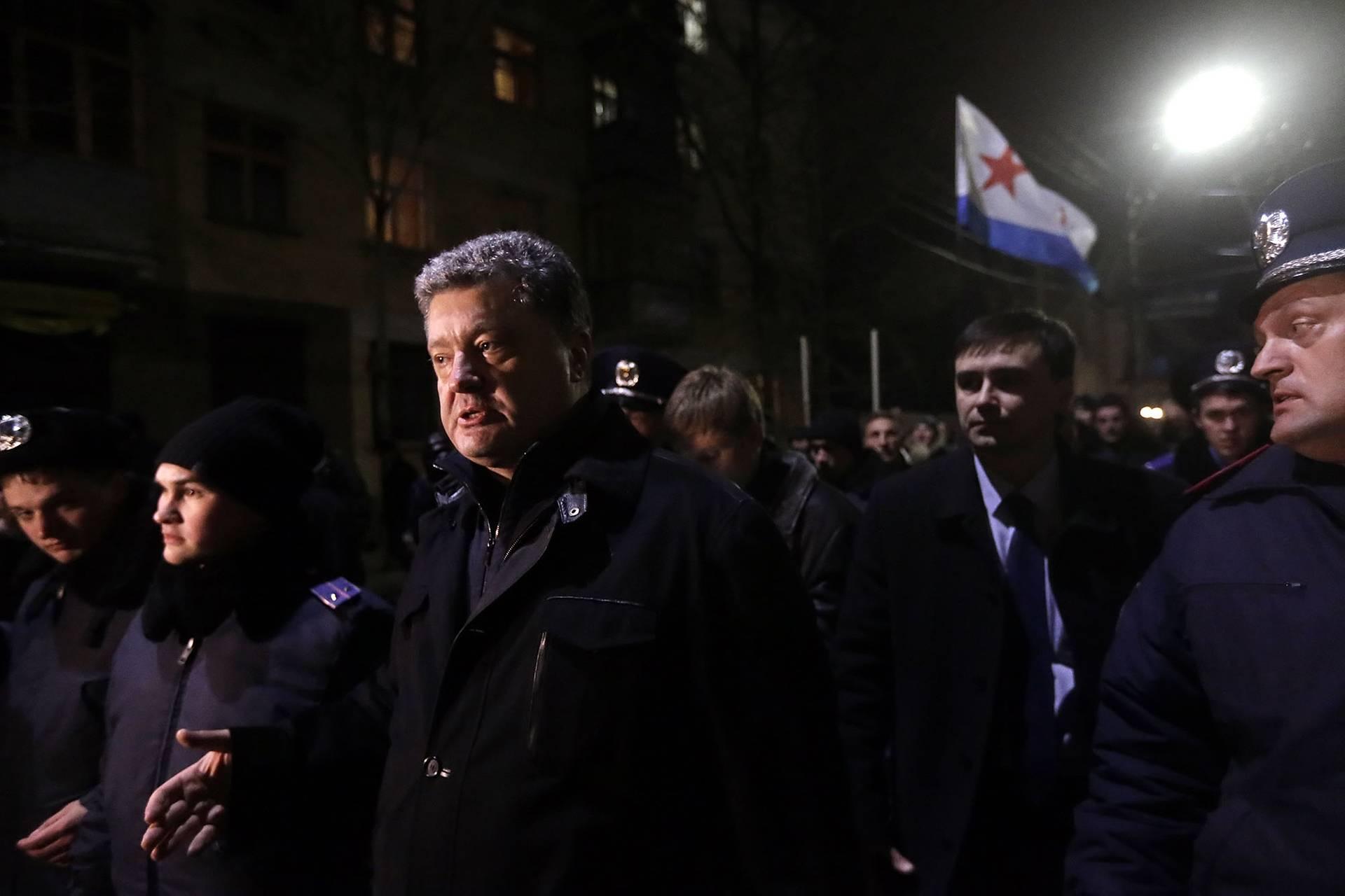 Народний депутат України Петро Порошенко (в центрі) біля будівлі Кримського парламенту у Сімферополі, Крим, 28 лютого 2014 року