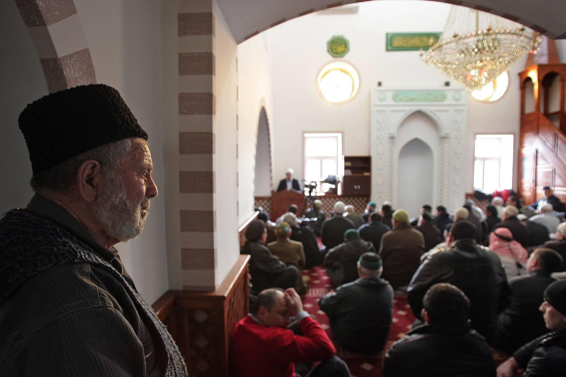 Кримськотатарські чоловіки під час намазу в мечеті у Сімферополі, Крим, 7 березня 2014 року. Два дні потому Росія проведе незаконний референдум в Криму і остаточно анексує півострів