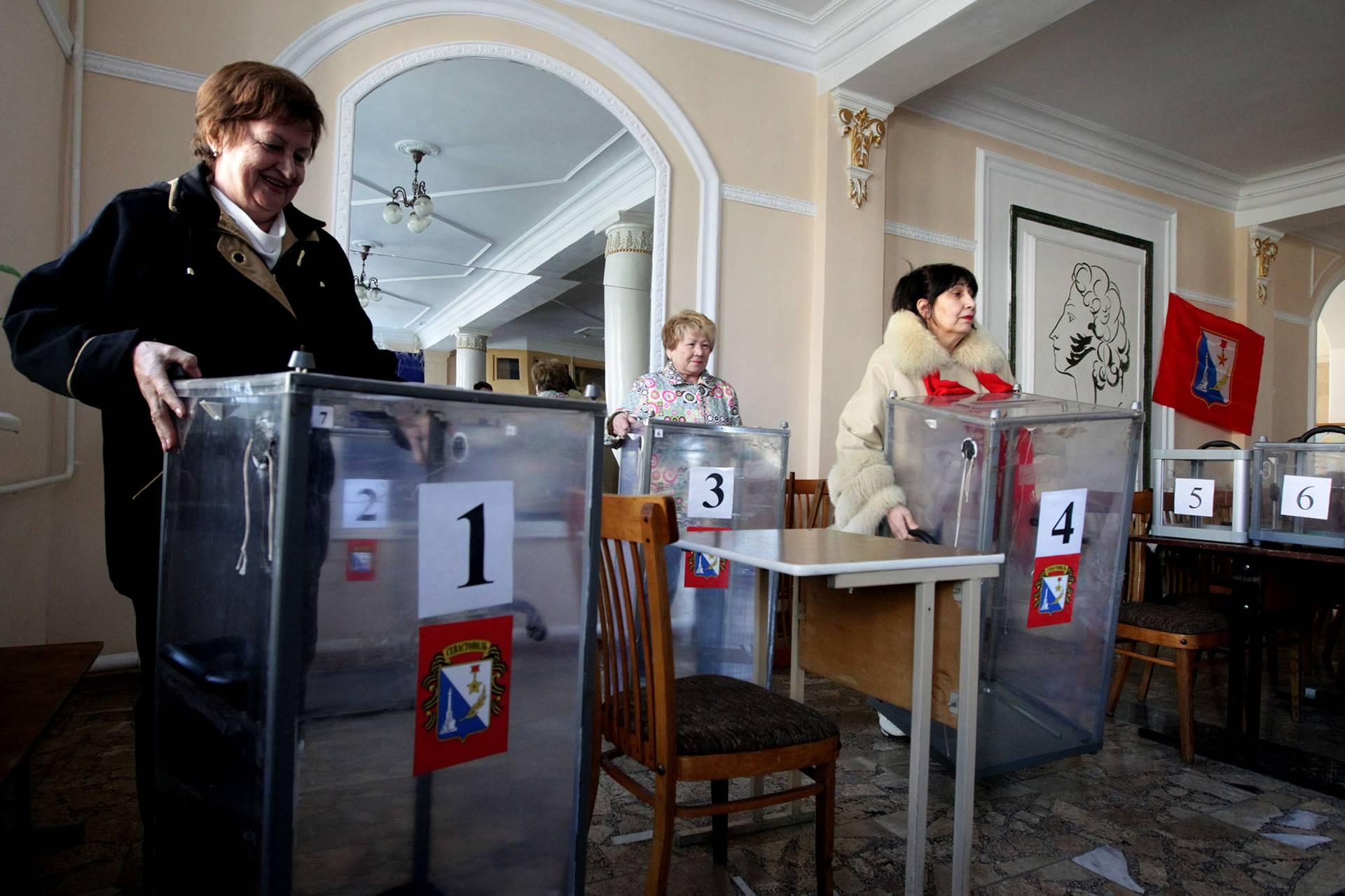 Члени так званої «виборчої комісії» готують дільницю у Севастополі до «штучного референдуму», Крим, 15 березня 2014 року