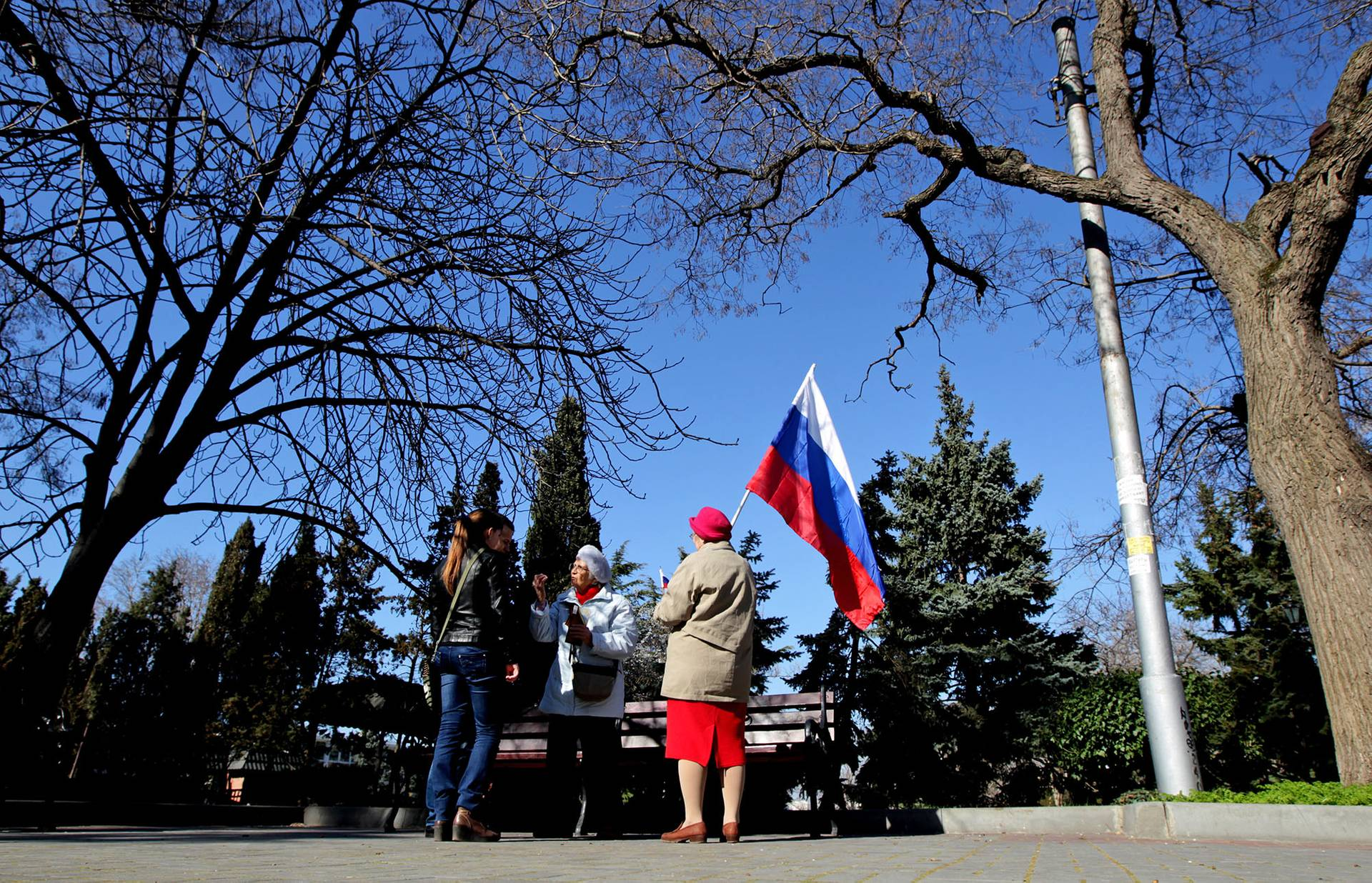 Жінки із російським прапором на вулиці у Севастополі напередодні псевдореферендуму, Крим, 15 березня 2014 року