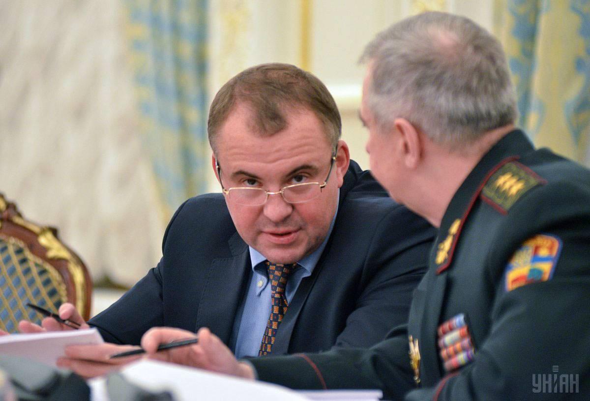 Перший заступник секретаря РНБО Олег Гладковський (ліворуч) під час засідання Ради національної безпеки і оборони України в Києві, 18 лютого 2015 року