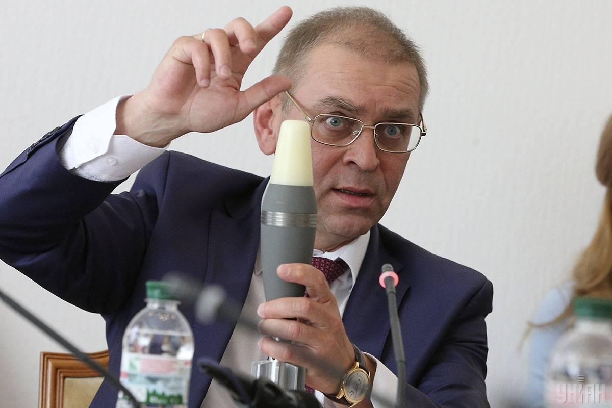 Голова Комітету Верховної Ради України з питань національної безпеки і оборони Сергій Пашинський демонструє макет мінометної міни під час засідання Комітету, Київ, 18 квітня 2018 року