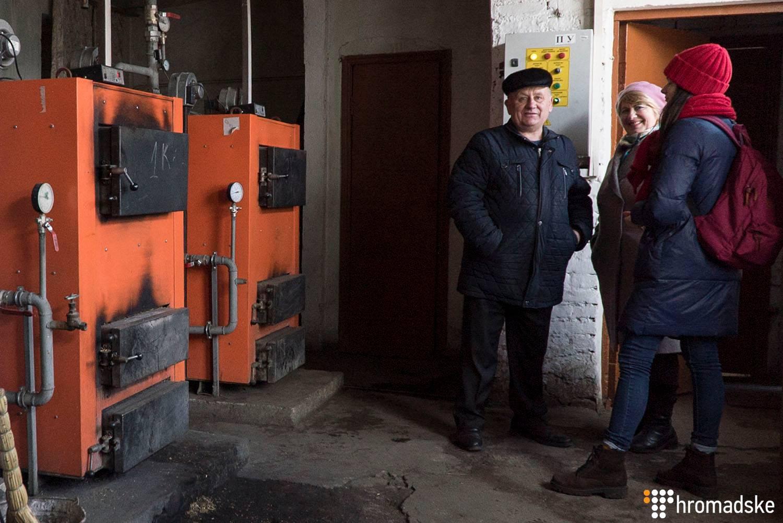 Сільський голова Котюжан Микола Арнаут (ліворуч) показує теплогенератор, який встановили у сільському клубі, Вінницька область, 21 лютого 2019 року