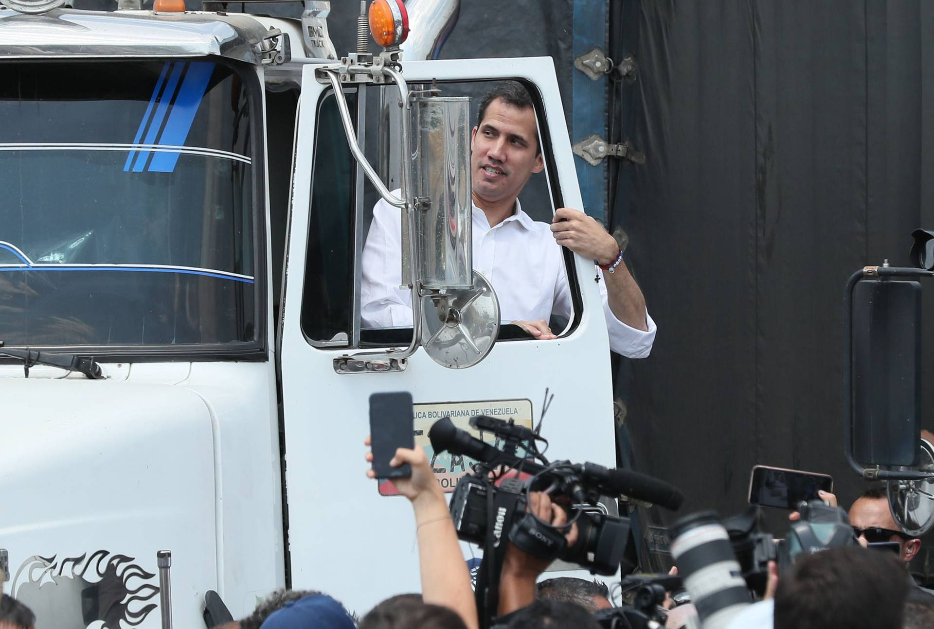 Лідер венесуельської опозиції Хуан Гуайдо (на фото) закликав венесуельські збройні сили обрати «правильну сторону» і дозволити в'їзд 14 вантажним автомобілям, що виїхали з колумбійської Кукути з 280 тоннами гуманітарної допомоги, Колумбія, 23 лютого 2019 року