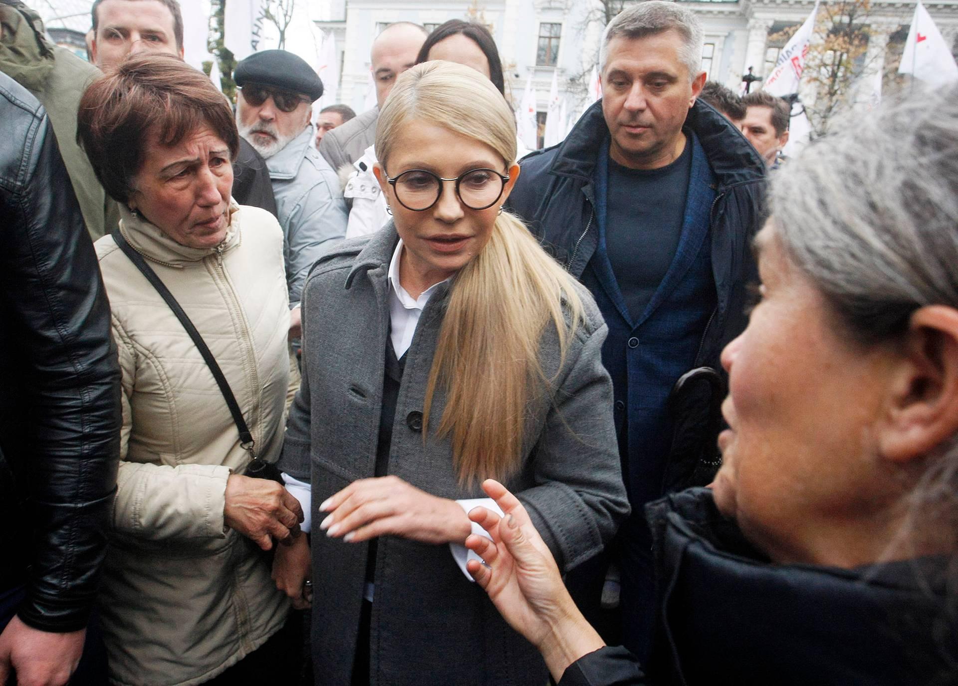 Кандидатка у президенти, лідерка партії «Батьківщина» Юлія Тимошенко (в центрі) із своїми прихильниками під час мітингу біля будівлі Адміністрації президента з вимогою знизити ціни на газ, Києві, Україна, 24 жовтня 2018 року