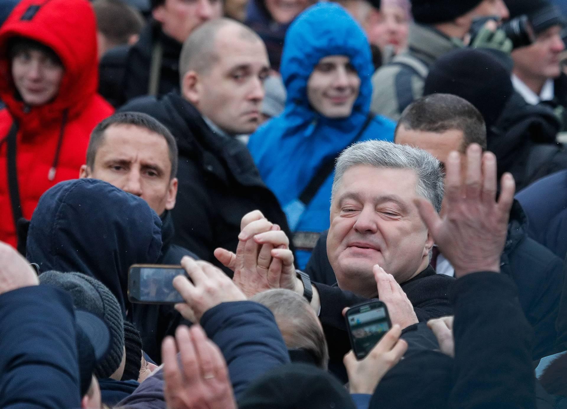 Президент України Петро Порошенко (в центрі) вітається із людьми біля Софійського собору перед початком об'єднавчого собору українських православних церков, Київ, 15 грудня 2018 року