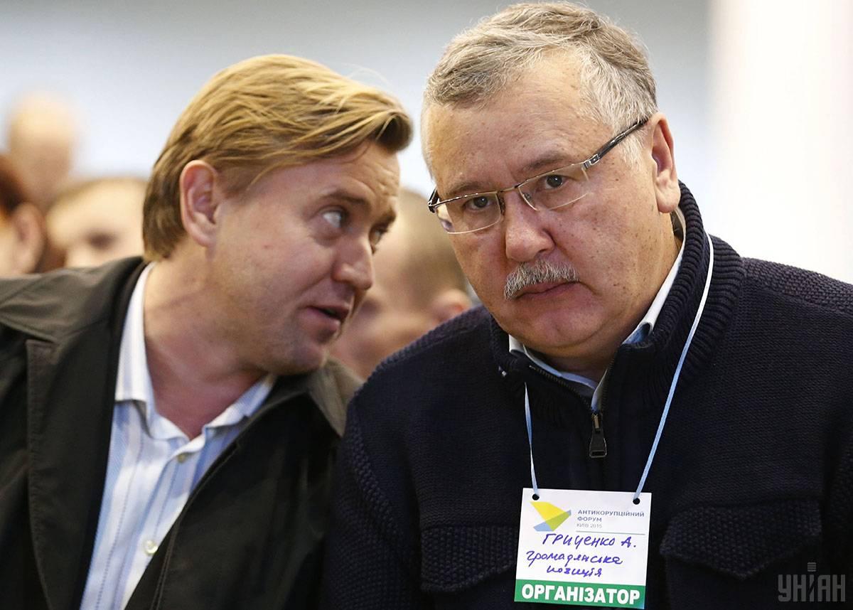 Лідер політичної партії «Громадянська позиція» Анатолій Гриценко (праворуч) під час Антикорупційного форуму в Києві, 23 грудня 2015 року