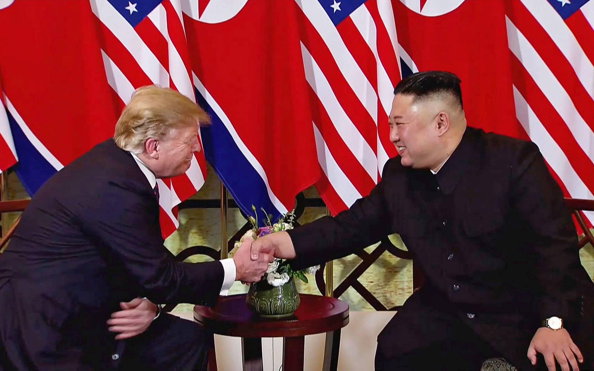 лідери США і Північної Кореї Дональд Трамп (ліворуч) і Кім Чен Ин так ні про що й не домовились, але наговорили один одному компліментів, Ханой, В'єтнам, 27 лютого 2019 року