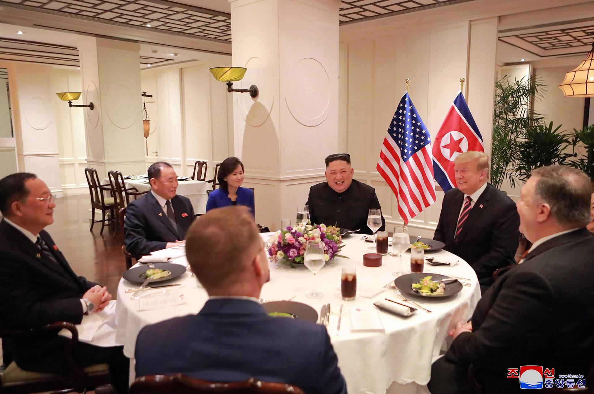 Спільний обід, початок якого начебто показали на камери журналістам, насправді так і не відбувся, лідери США і КНДР покинули Ханой, так і не пообідавши разом, В'єтнам, 27 лютого 2019 року