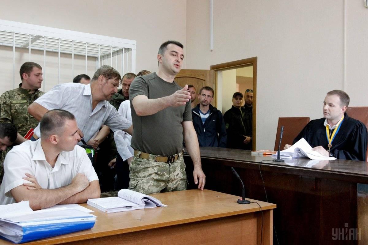 Військовому прокурору Костянтину Кулику інкримінують незаконне збагачення на суму 2,8 млн гривень. Йому загрожує до 5 років позбавлення волі. За матеріалами розслідування НАБУ, Кулик офіційно заробив 1 млн грн, однак витратив – більше 5 млн (на фото — Кулик (в центрі) під час судового засідання у його справі, Київ, 4 липня 2016 року)
