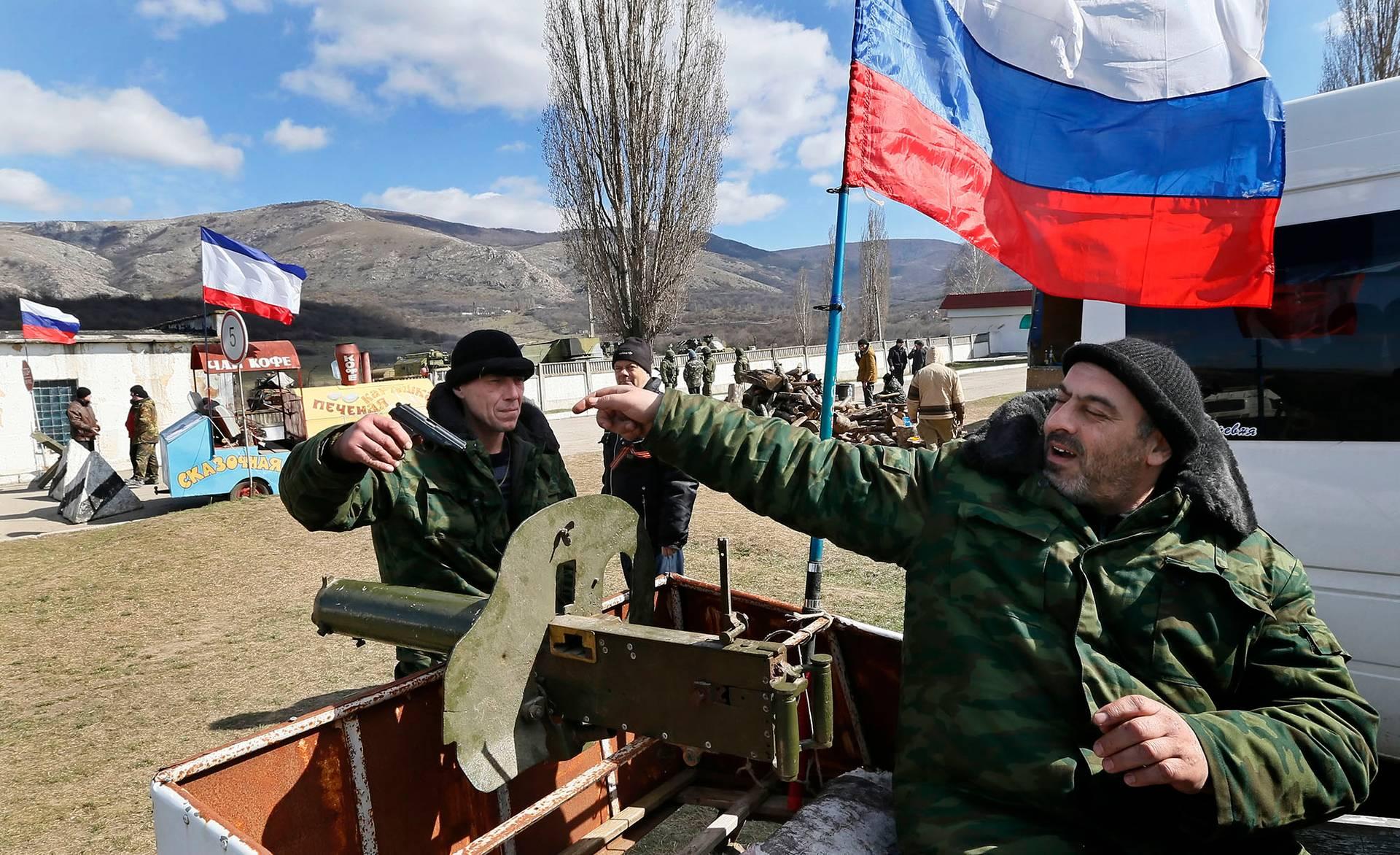Російські військові та так звані члени «самооборони Криму» блокують українську військову частину в селі Перевальне неподалік Сімферополя напередодні «штучного референдуму», Крим, 13 березня 2014 року