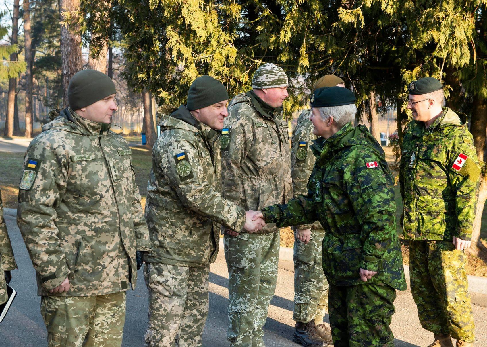 Бригадна генералка Збройних Сил Канади Дженні Каріньян з українськими військовими, 20 лютого 2019 року