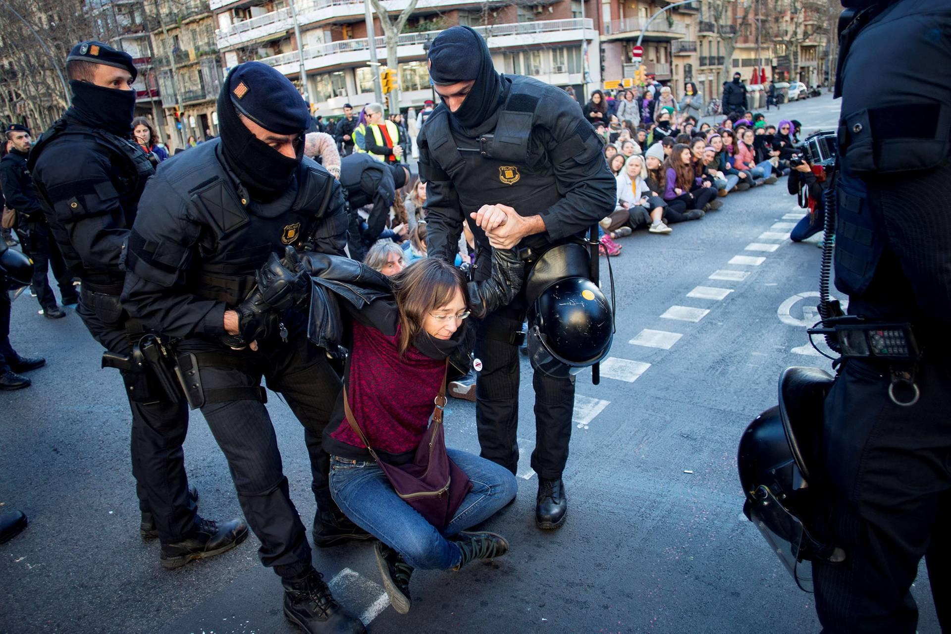 Поліцейські затримують жінку — учасницю акції з нагоди Міжнародного дня захисту прав жінок, які блокують проспект Гран Віа у Барселоні, Іспанія, 8 березня 2019 року