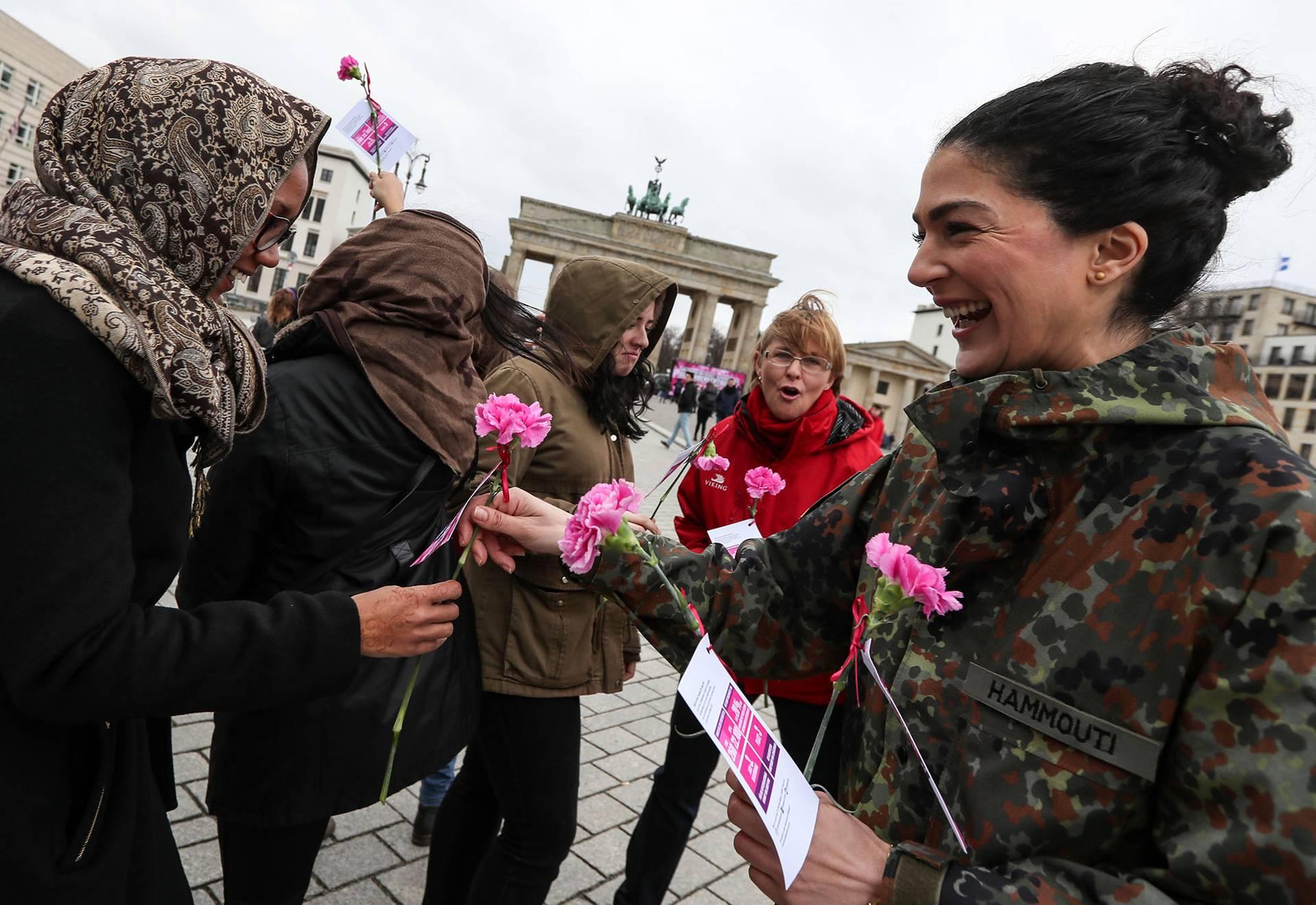 Жінки-військові німецьких збройних сил роздають квіти жінкам біля Бранденбурзьких воріт з нагоди Міжнародного дня захисту прав жінок у Берліні, Німеччина, 8 березня 2019 року
