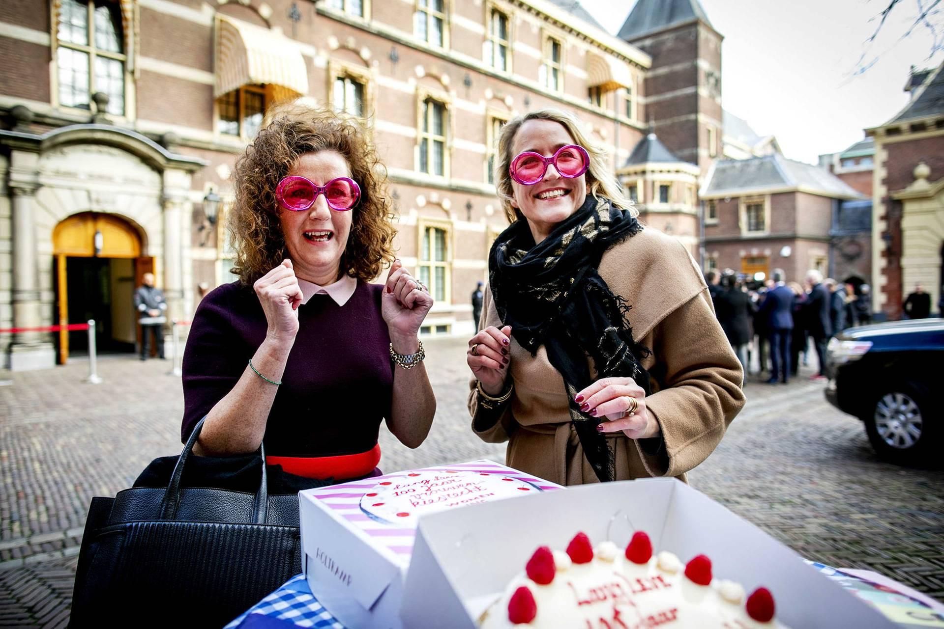 Міністерка освіти Нідерландів Інгрід ван Енгельшовен (ліворуч) у рожевих окулярах під час жіночої акції з нагоди Міжнародного дня захисту прав жінок у Гаазі, Нідерланди, 8 березня 2019 року