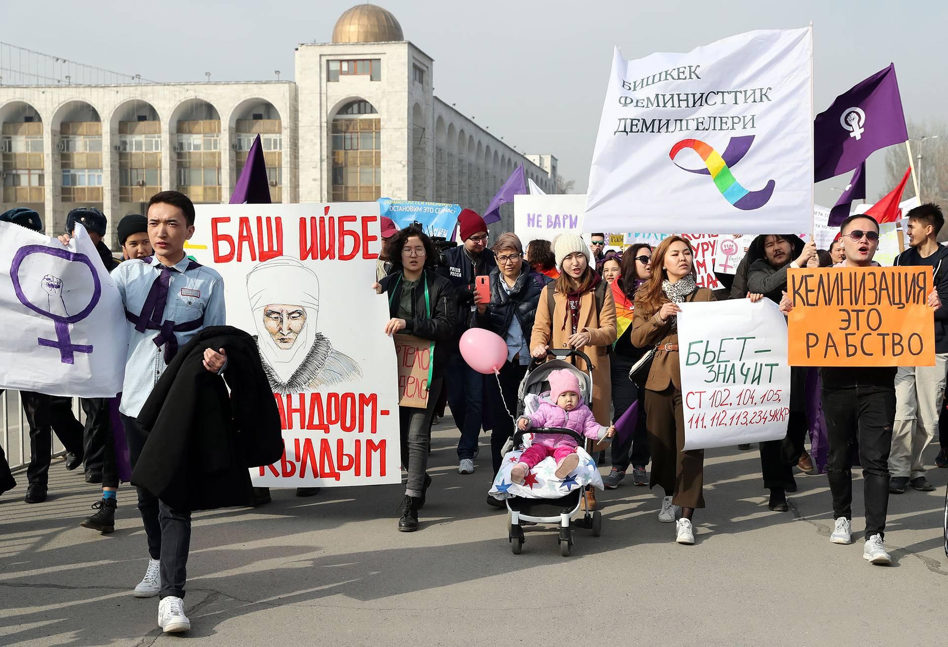 Активісти і активістки феміністичного руху збираються з плакатами «Не бийте жінок» під час демонстрації з нагоди Міжнародного дня захисту прав жінок в Бішкеку, Киргизстан, 8 березня 2019 року