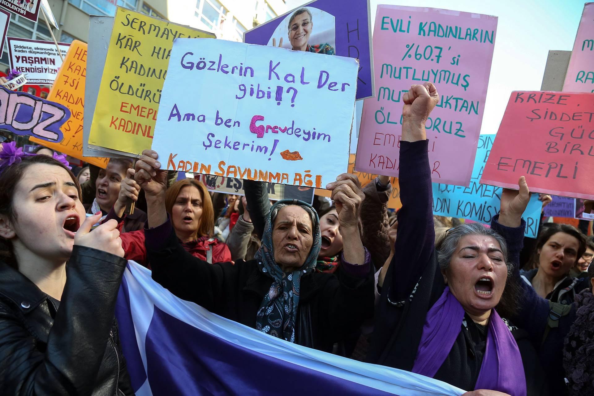 Жінки викрикують гасла під час акції протесту з нагоди Міжнародного дня захисту прав жінок в Анкарі, Туреччина, 8 березня 2018 року