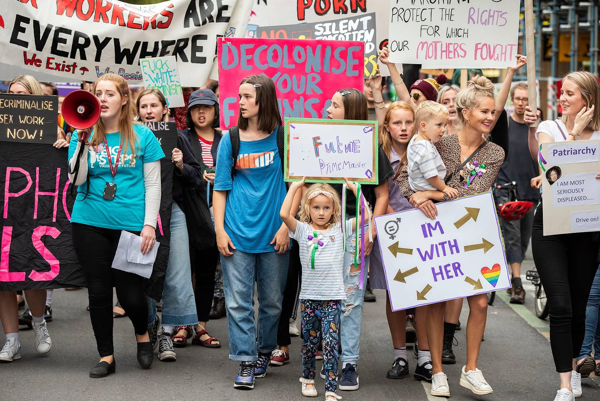 Учасниці маршу до Міжнародного дня захисту прав жінок в Мельбурні пройшлись від Державної бібліотеки до Будинку парламенту, Австралія, 8 березня 2019 року