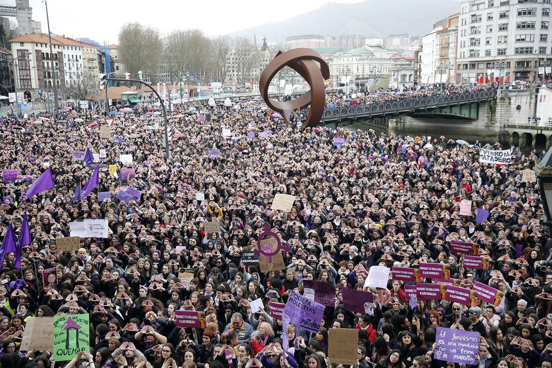 Тисячі людей взяли участь в мітингу з нагоди Міжнародного дня захисту прав жінок в Більбао, Північна Іспанія, 8 березня 2019 року