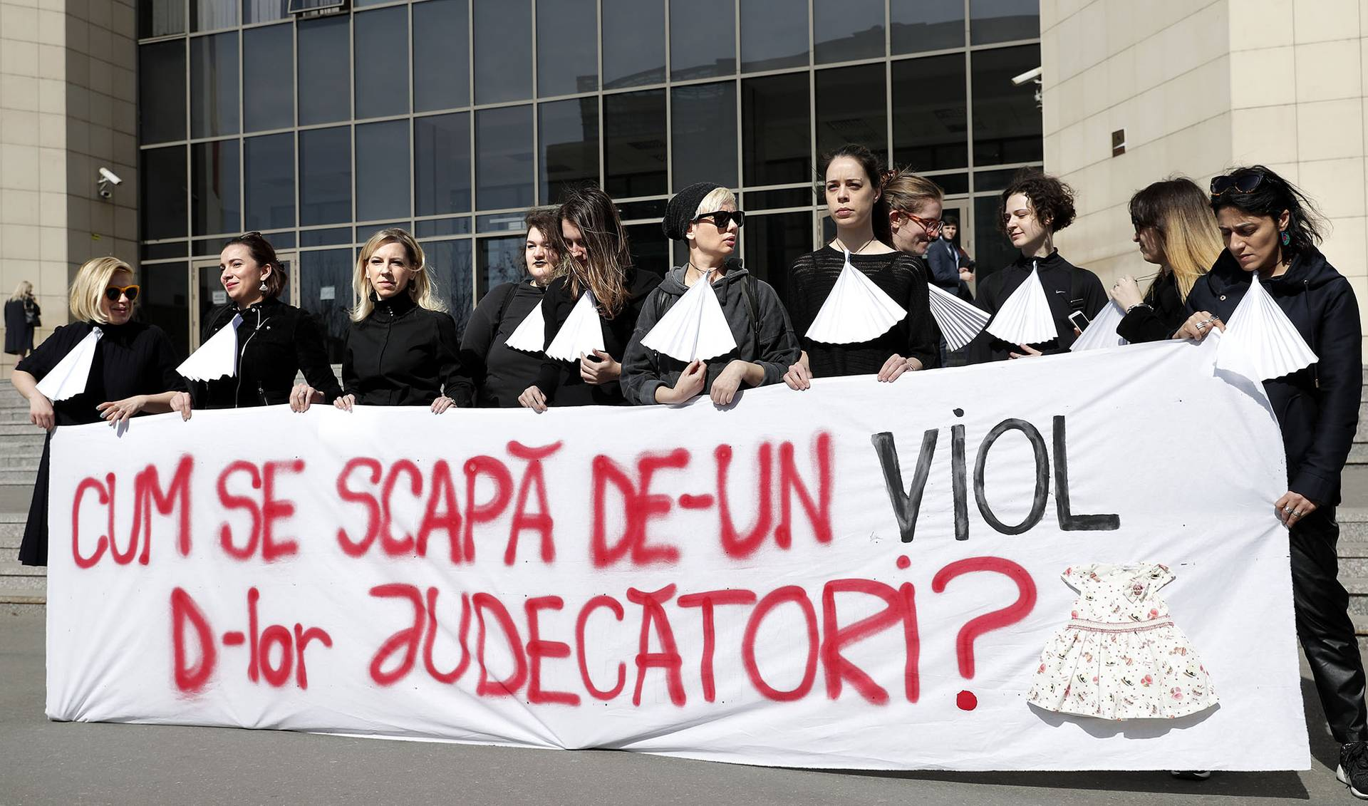 Активістки двох феміністських громадських організацій біля будівлі Бухарестського суду влаштували акцію протесту проти сексуального насильства, агресії та насильства над дівчатами та жінками, Бухарест, Румунія, 8 березня 2019 року. Таким чином вони нагадали про випадки побоїв і згвалтування, які були вирішені занадто м'яким судовим покаранням злочинця. Згідно з незалежним журналістським розслідуванням, поліцейські органи влади в країні реєструють близько 6 скарг на сексуальне насильство кожного тижня у Румунії. Демонстранти закликали до реформування законодавства, судової системи, створення спеціальних центрів для жертв, простіших процедур реєстрації нападів і безкоштовних медичних довідок, що підтверджують напади