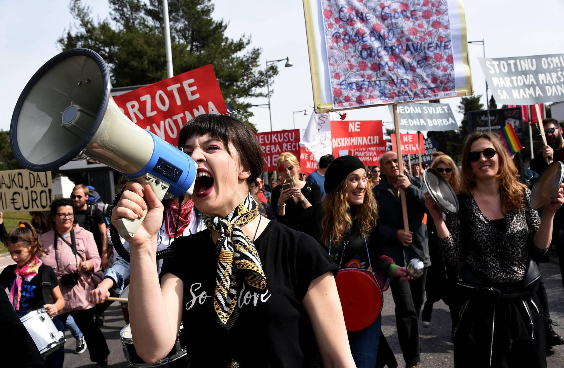 Жінки та активісти-чоловіки взяли участь у демонстрації з нагоди Міжнародного захисту прав жінок в Подгориці, Чорногорія, 8 березня 2019 року