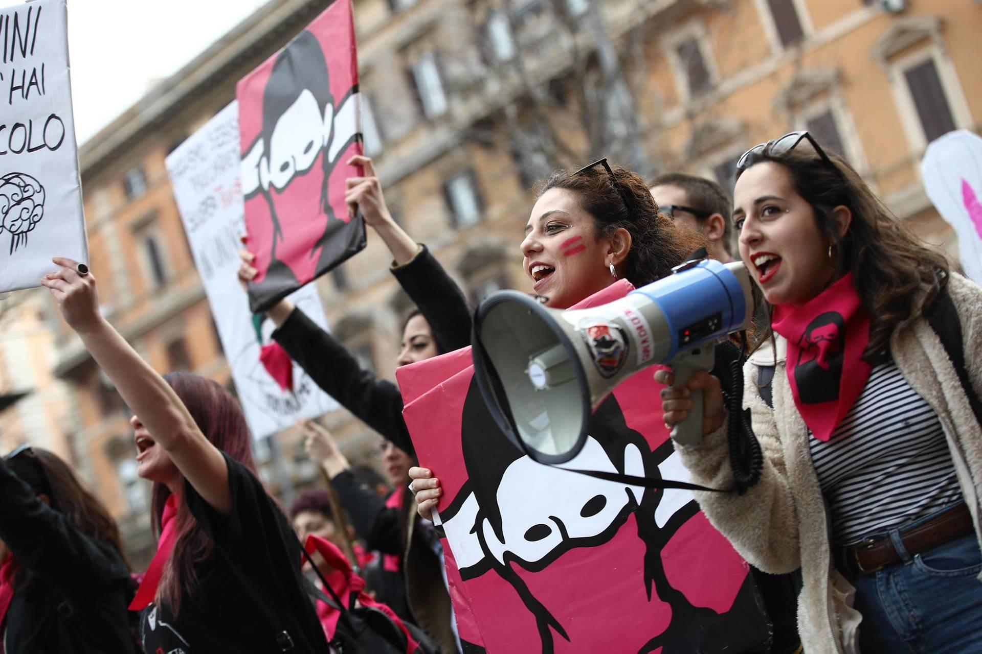 Активісти і активістки феміністичних рухів вигукують гасла під час демонстрації «Жодного втрачати не можна» з нагоди Міжнародного дня захисту прав жінок у Римі, Італія, 8 березня 2019 року
