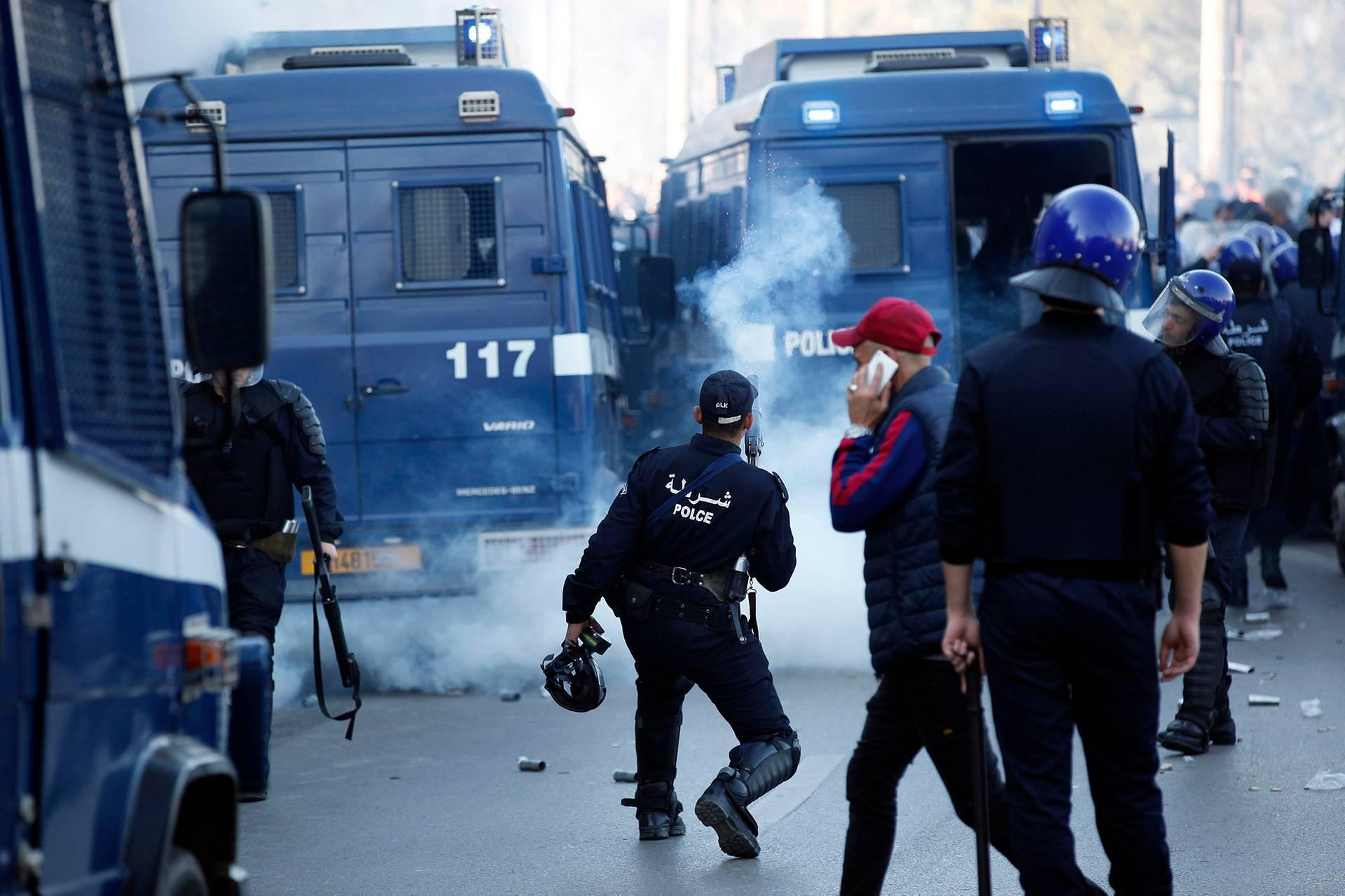 Поліцейські спецпризначенці відтіснили протестувальників під час протистоянь в центрі Алжиру, Алжир, 22 лютого 2019 року