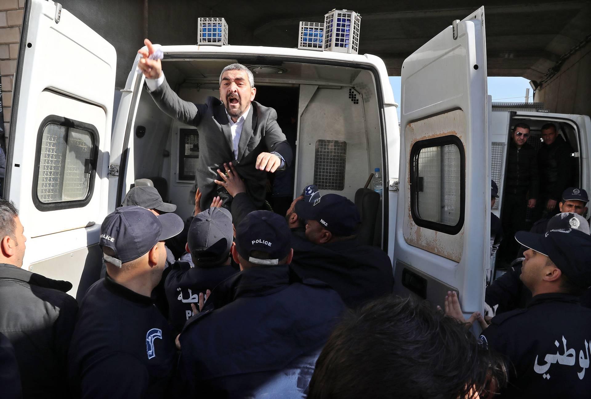 Поліцейські арештовують журналістів під час протистоянь у центрі Алжиру, Алжир, 28 лютого 2019 року