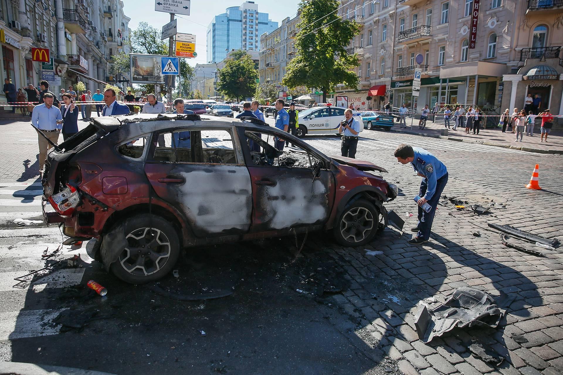 Поліція та криміналісти на місті вбивства журналіста Павла Шеремета в Києві, 20 червня 2016 року. Шеремет загинув 20 липня о 7:45 ранку в результаті вибуху машини. Він їхав на ранковий ефір своєї програми